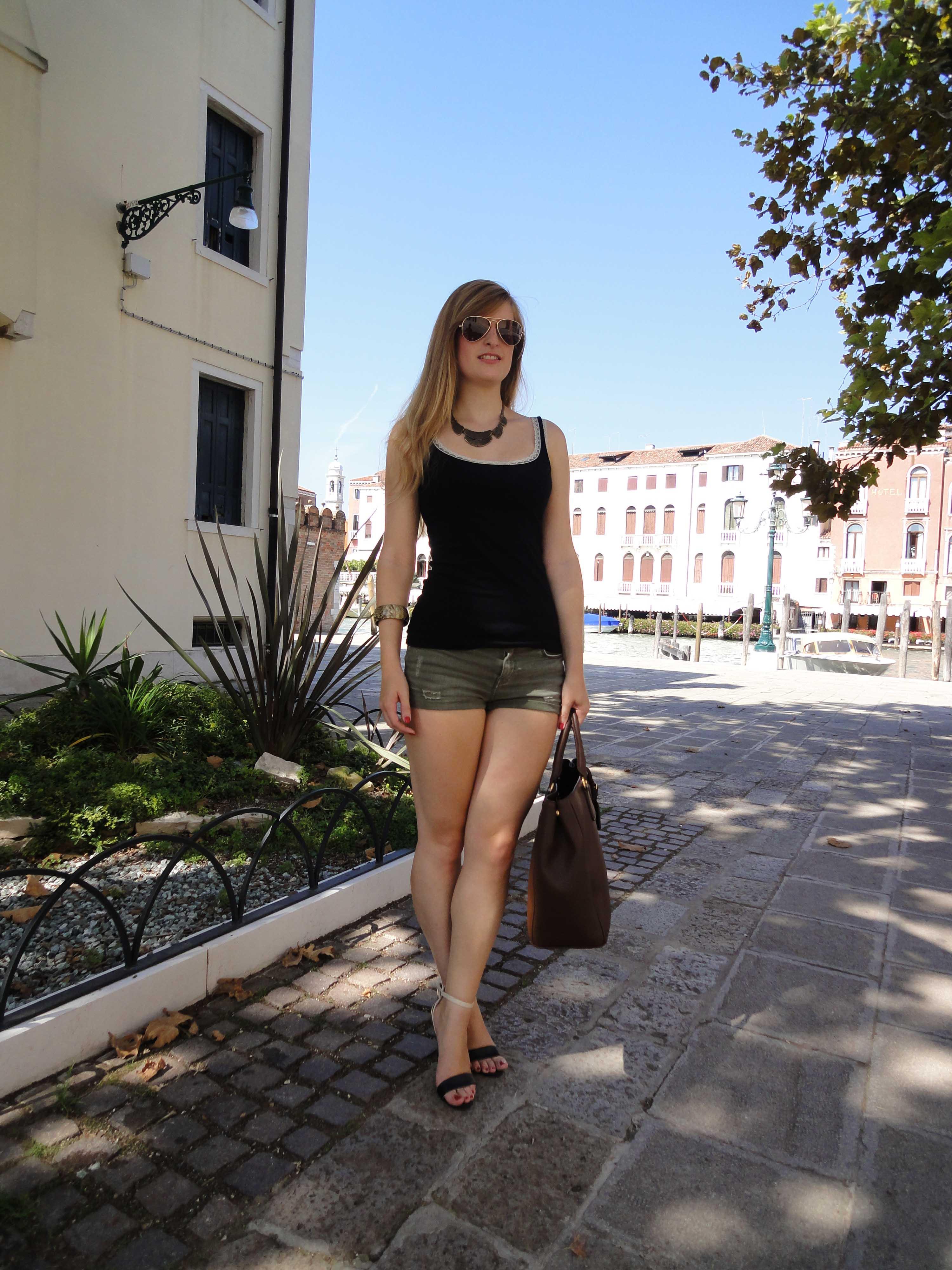 Clasy Simple Outfit Venice Sommerlook Venedig Hotpants grün Spaghettiträger Shirt Heels 2