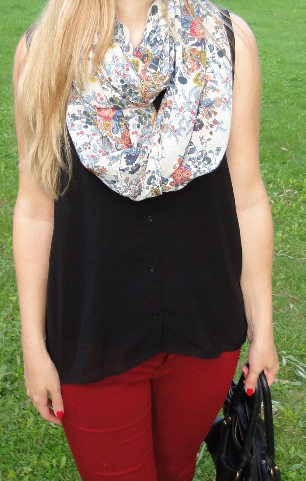Rote Sommerhose kombinieren schwarze Bluse Outfit Schal Blumen Modeblog Stuttgart 1