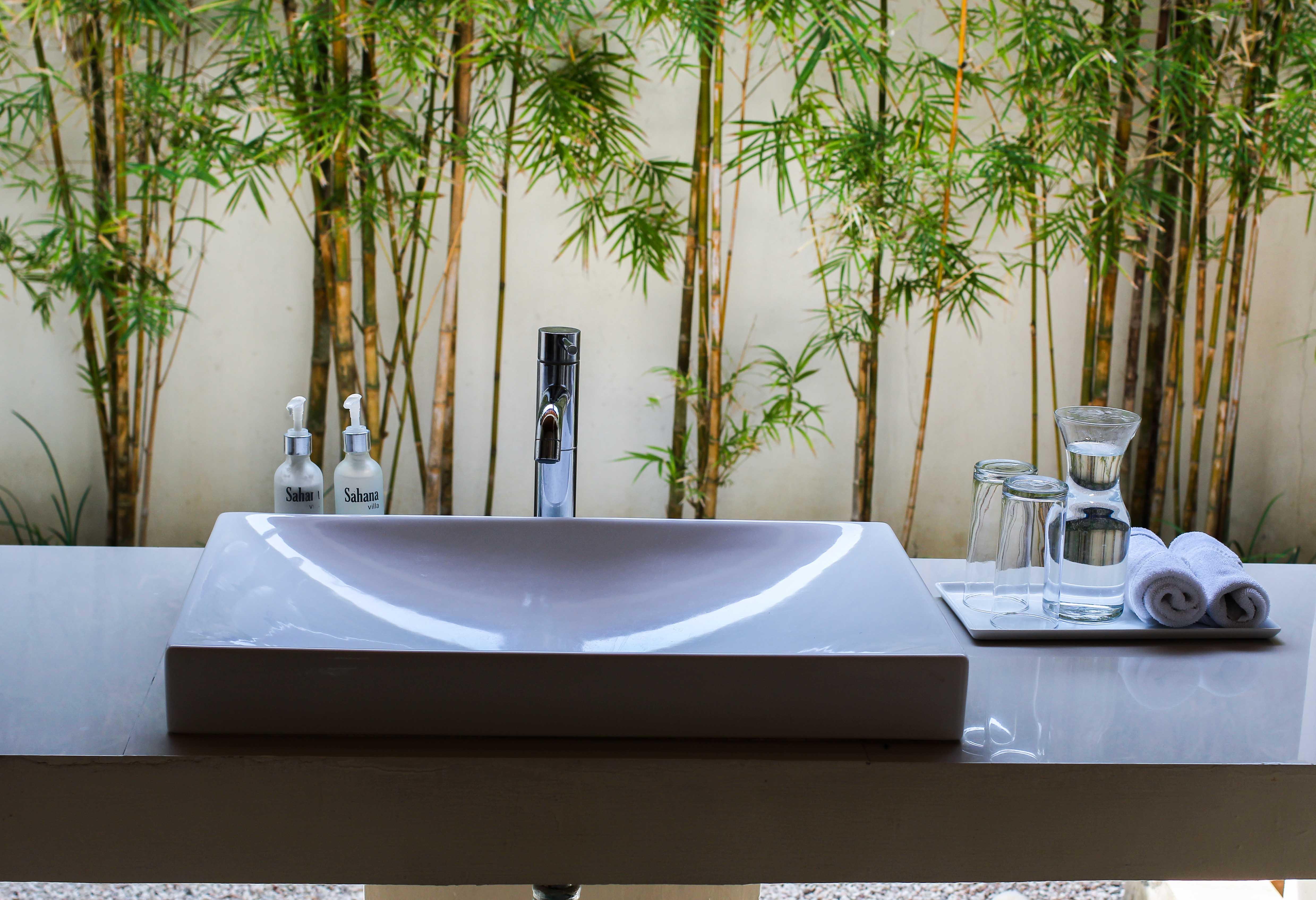 Sahana Villas Seminyak Poolvilla 3 Bedroom Seminyak Bali Luxusvilla mieten Badezimmer Waschbecken Reiseblogger