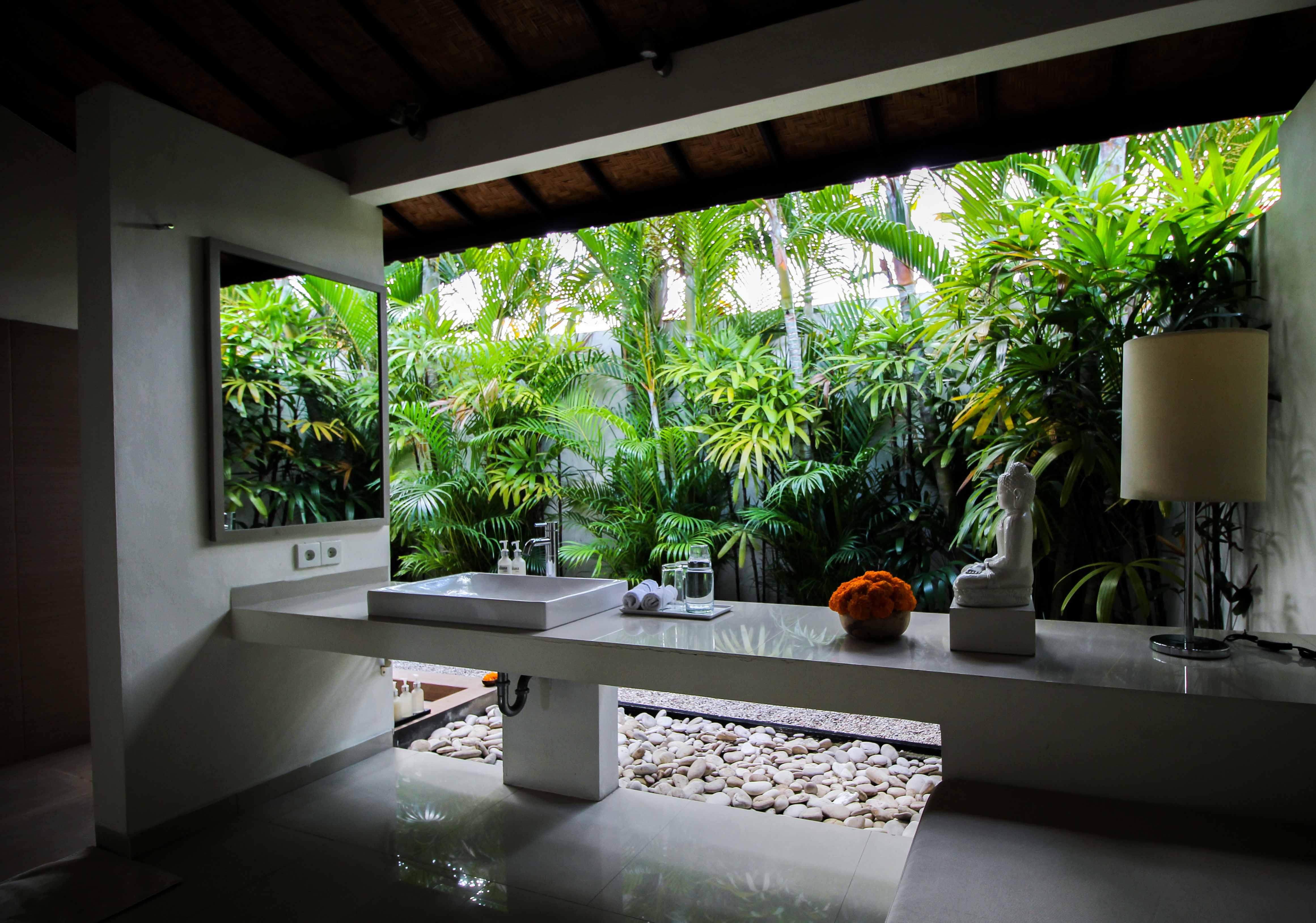 Sahana Villas Seminyak Poolvilla 3 Bedroom Seminyak Bali Luxusvilla mieten Badezimmer draußen offen Reiseblogger 2