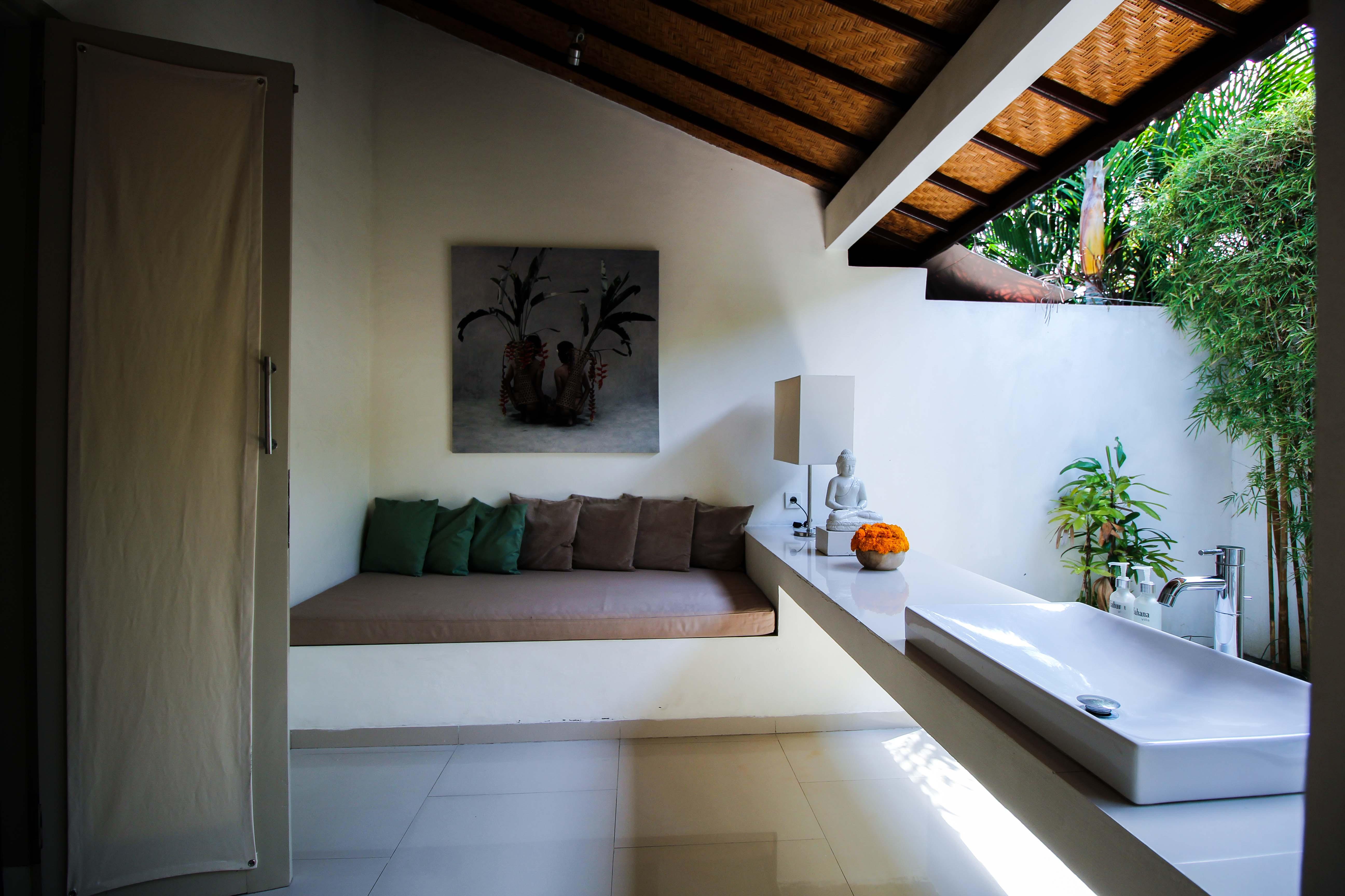 Sahana Villas Seminyak Poolvilla 3 Bedroom Seminyak Bali Luxusvilla mieten Badezimmer draußen offen Reiseblogger 3