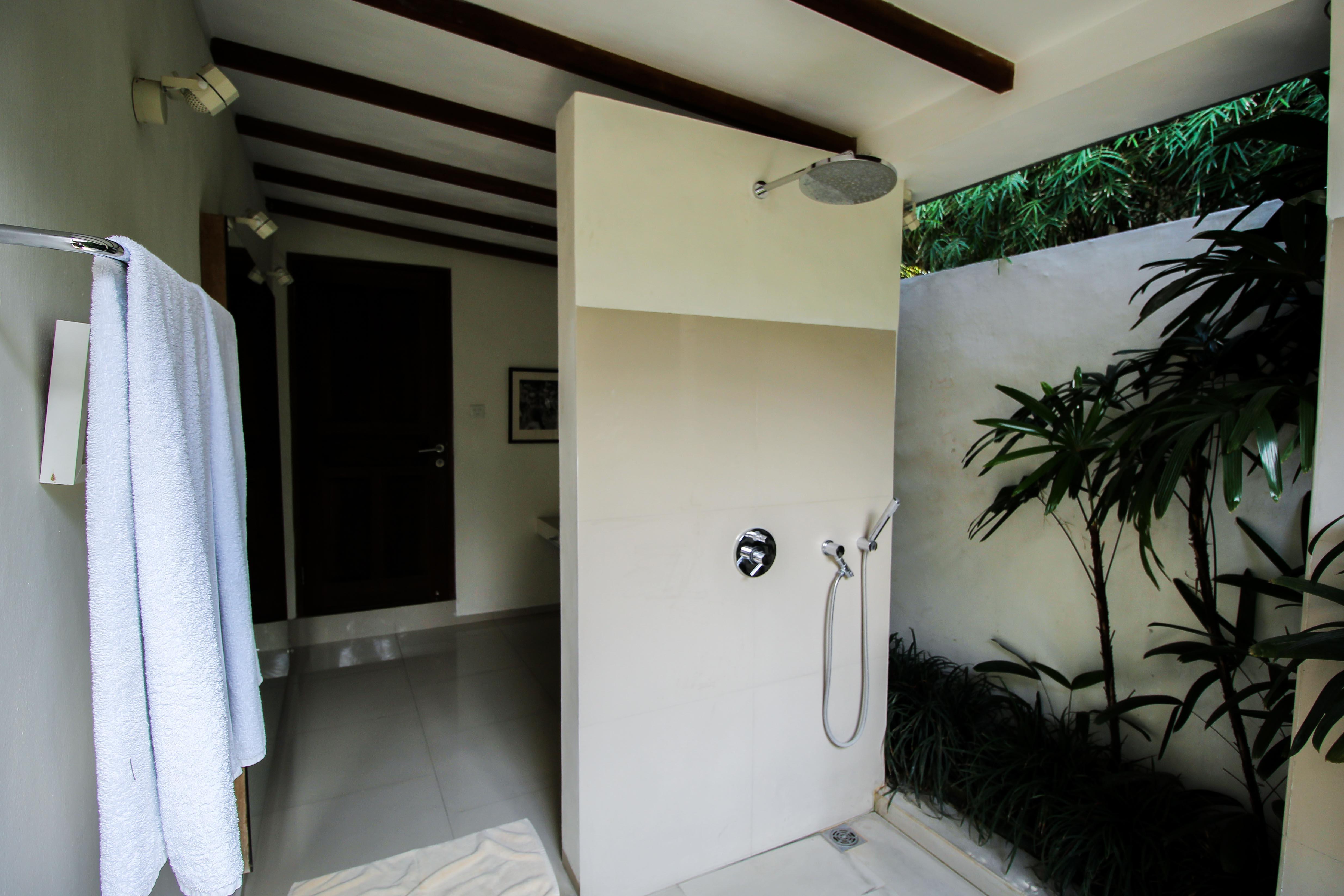 Sahana Villas Seminyak Poolvilla 3 Bedroom Seminyak Bali Luxusvilla mieten Badezimmer draußen offen Reiseblogger