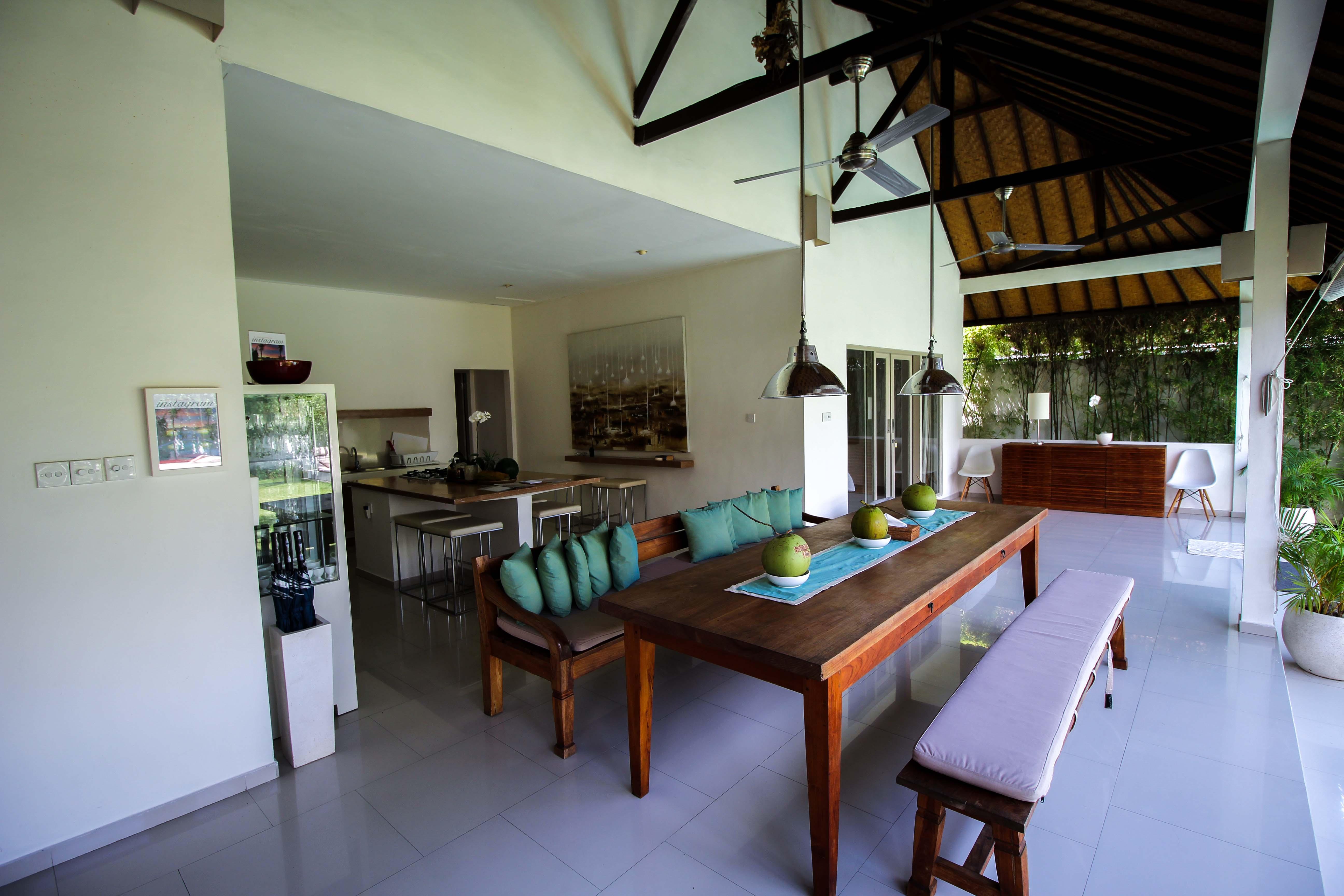 Sahana Villas Seminyak Poolvilla 3 Bedroom Seminyak Bali Luxusvilla mieten Wohnzimmer Reiseblogger