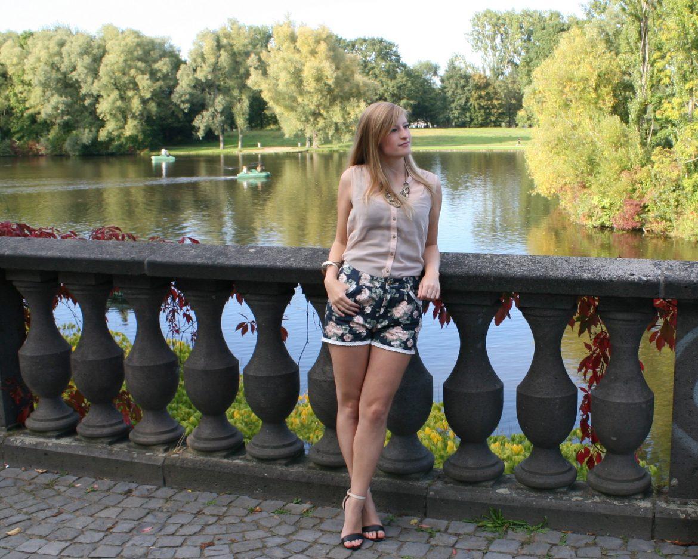 Silky Pink Blouse Rosa Bluse Statementkette Gold Blümchen Shorts ros Heels Rheinaue Bonn Modeblog Outfit 3