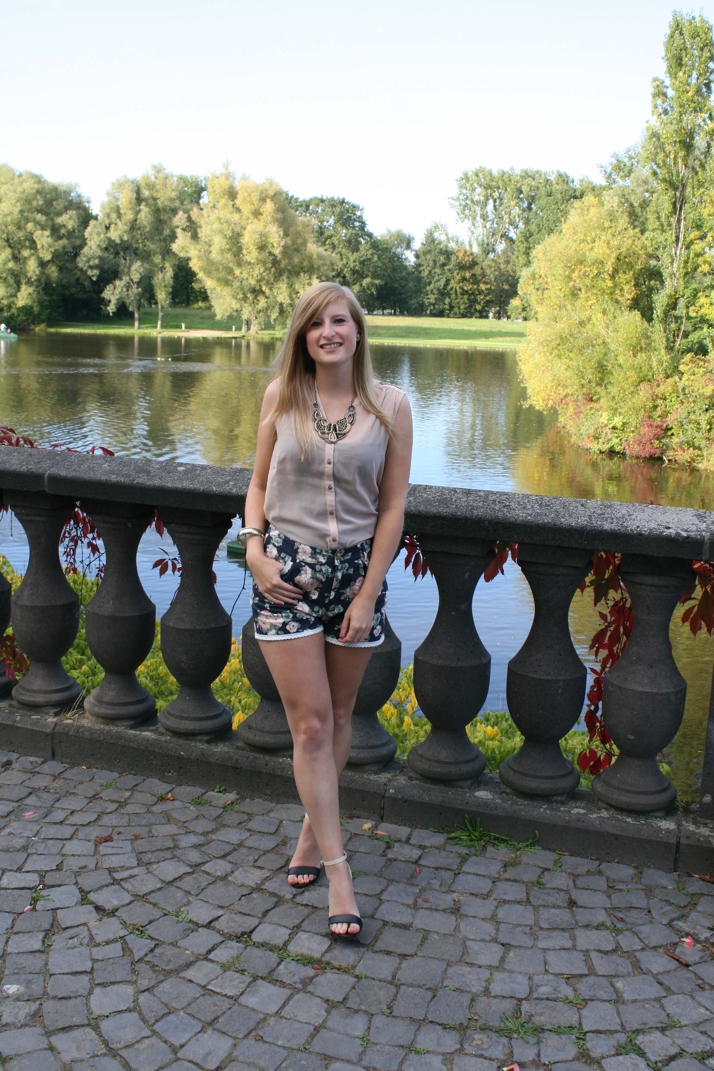 Silky Pink Blouse Rosa Bluse Statementkette Gold Blümchen Shorts ros Heels Rheinaue Bonn Modeblog Outfit 5