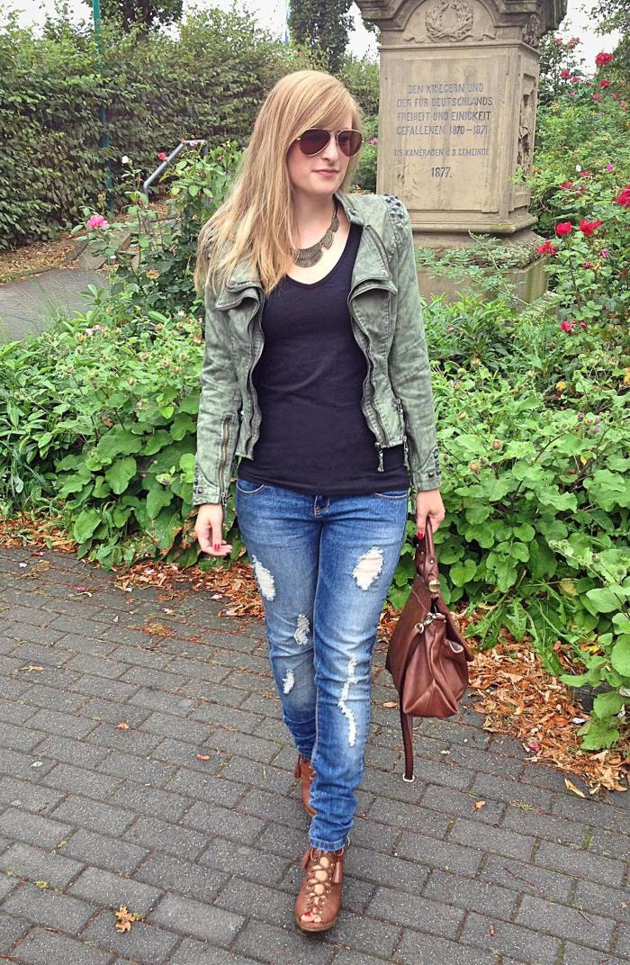 Studded Streetstyle Look jacke nieten Lookbook Modeblog Bonn Outfit Herbst Ripped Jeans heels