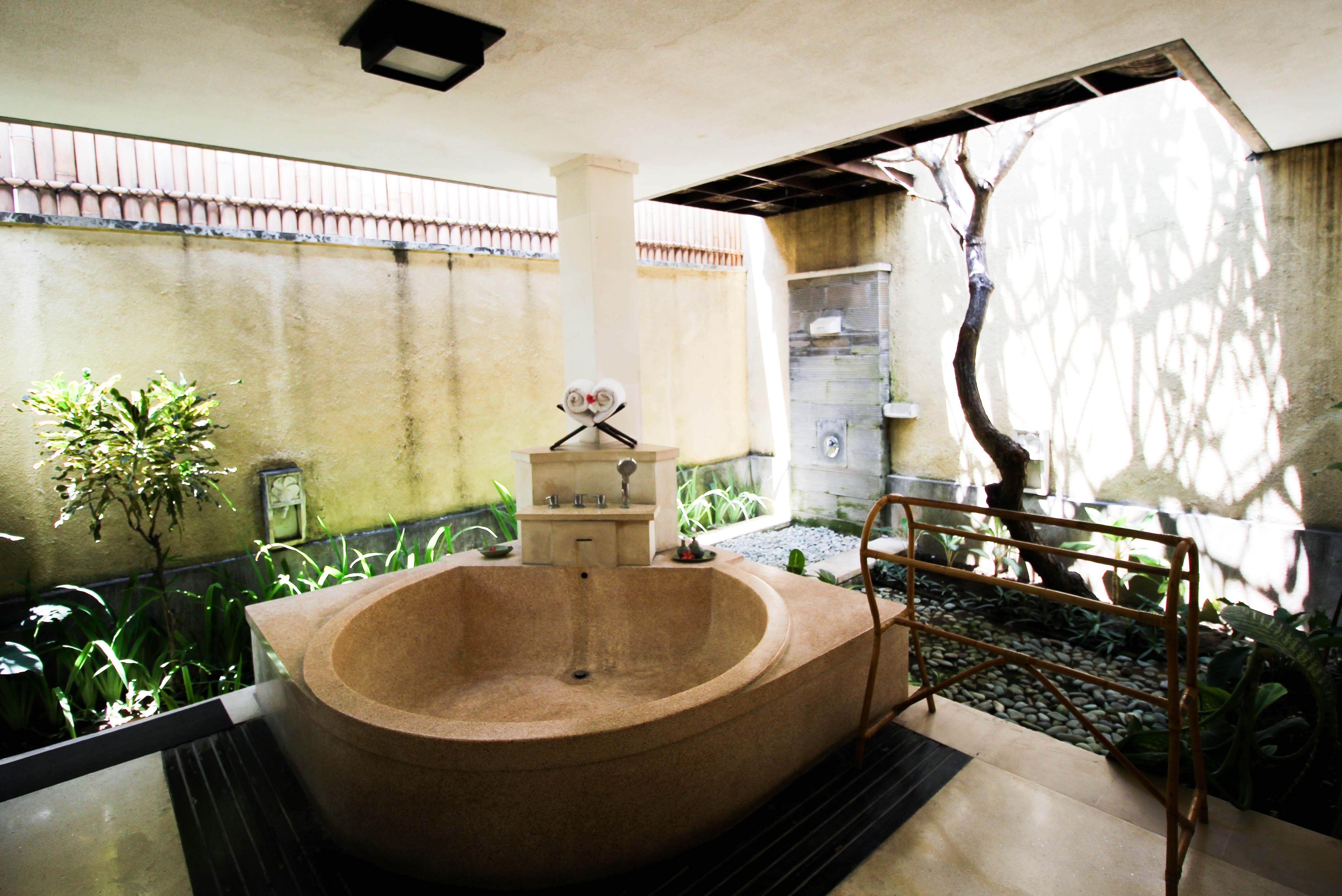 The Sanyas Suite Seminyak Bali private Pool Villa Bali offenes Badezimmer Whirlpool Badewanne