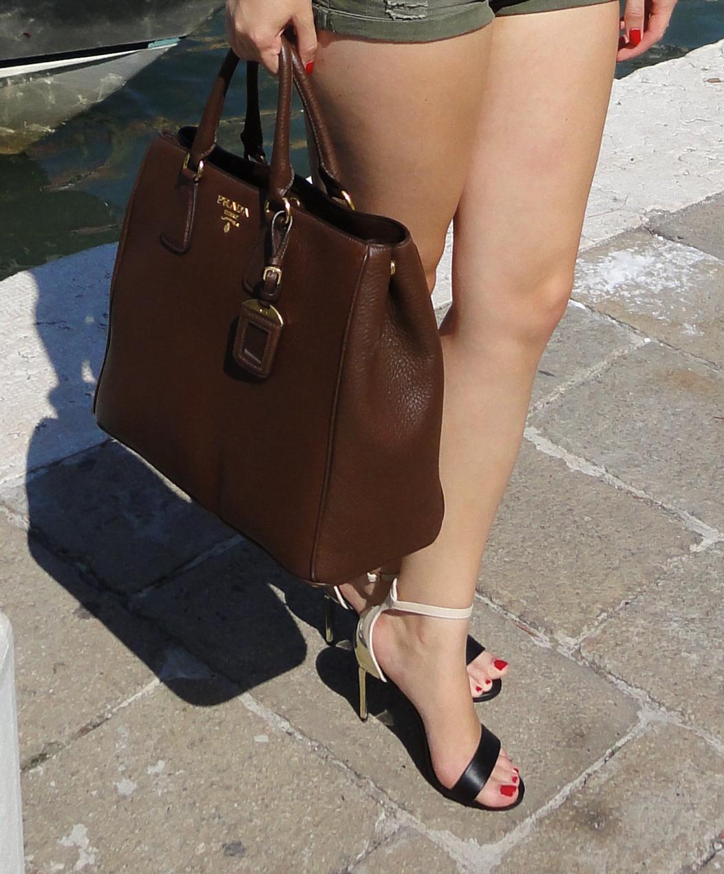 Venedig Streetstyle Outfit Modeblog Beatles Shirt Hotpants Heels Prada Tasche Braun