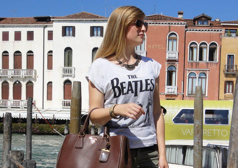 Venedig Streetstyle Outfit Modeblog Beatles Shirt Hotpants Heels Prada Tasche Braun t