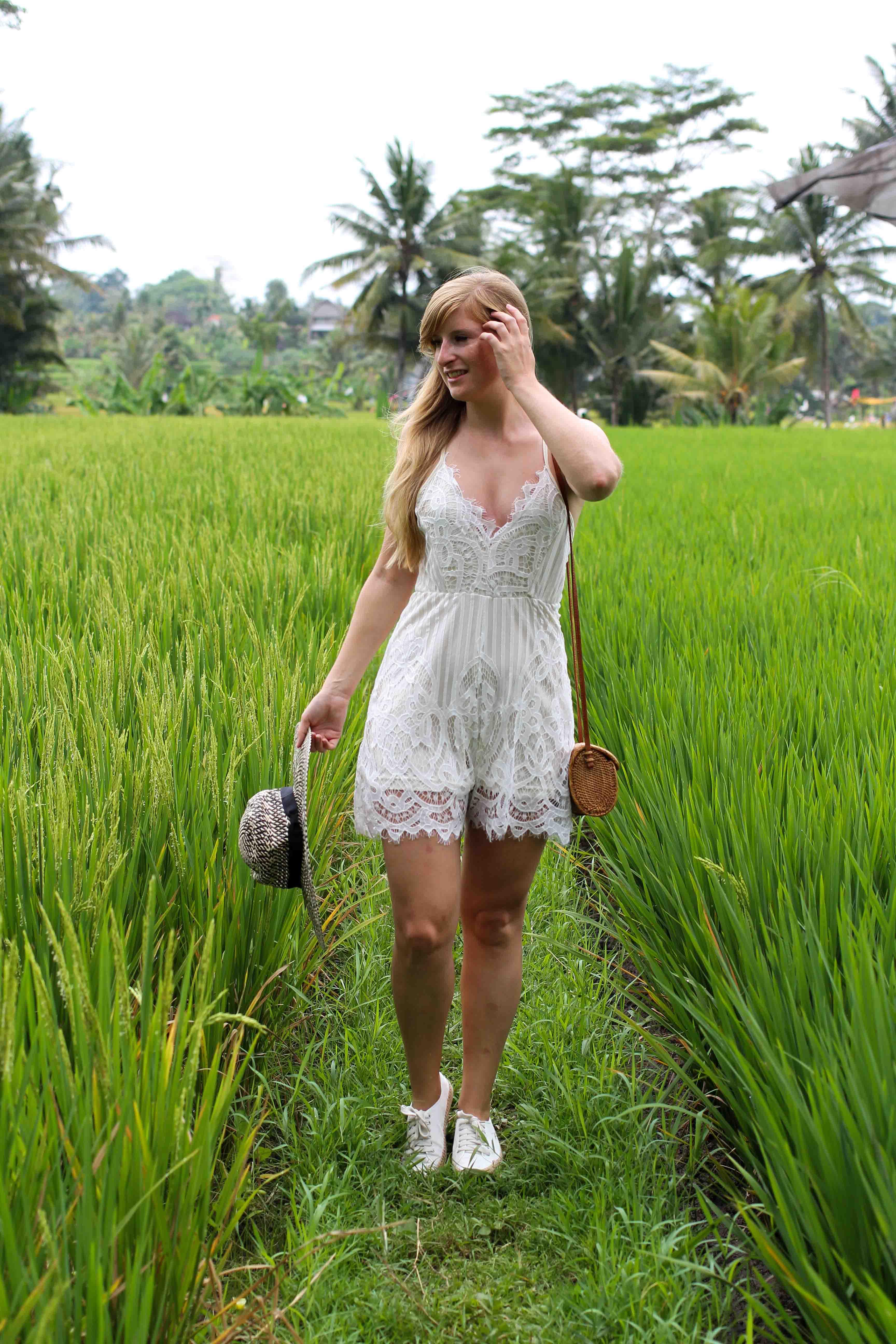 Weißer Jumpsuit kombinieren Spitze strohhut Reisfeldern Ubud Sommeroutfit Bali Modeblog Sightseeing