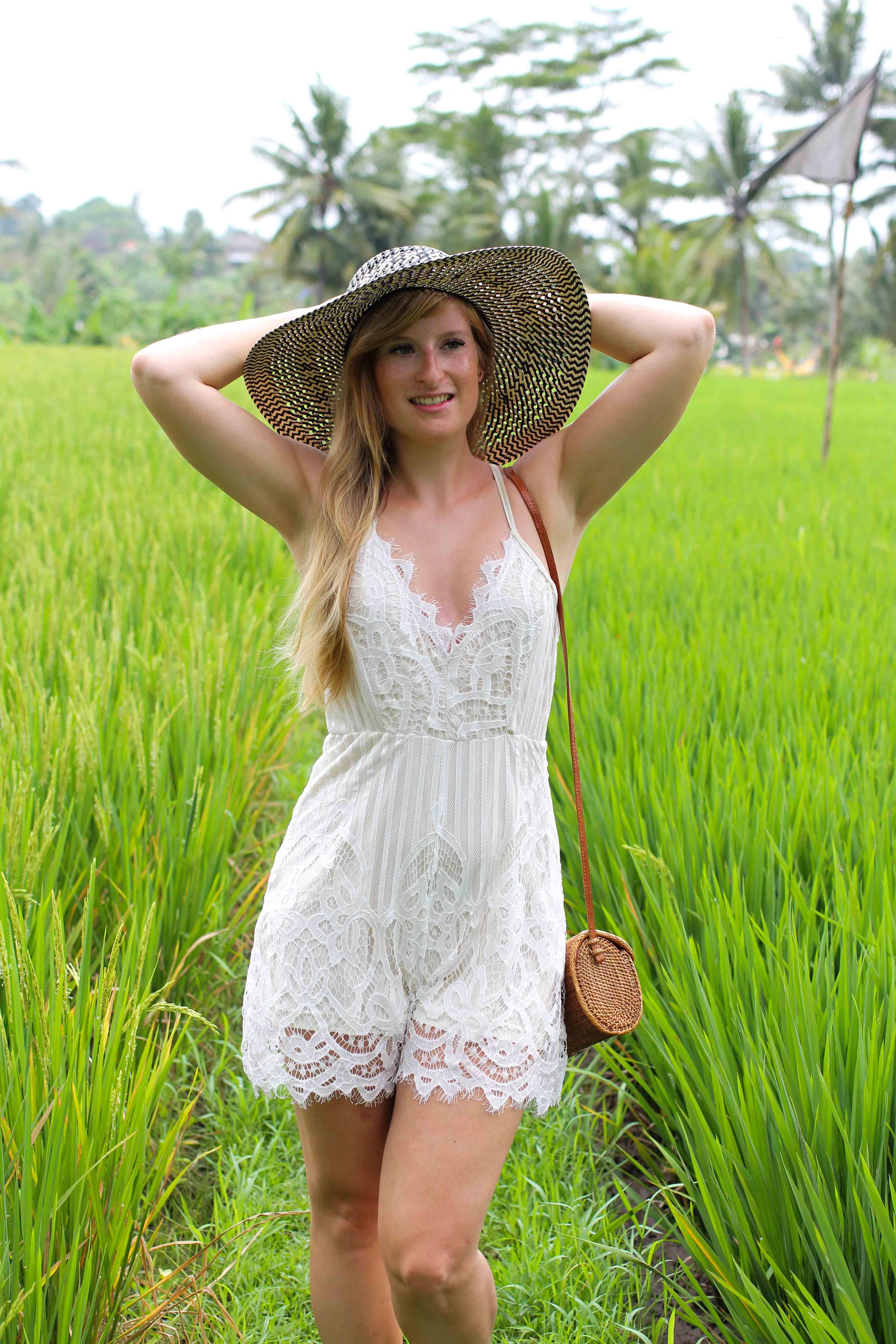 Weißer Jumpsuit kombinieren Spitze strohhut Reisfeldern Ubud Sommeroutfit Bali Modeblog Fashion