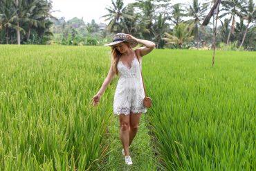 Weißer Jumpsuit kombinieren Spitze strohhut Reisfeldern Ubud Sommeroutfit Bali Modeblog