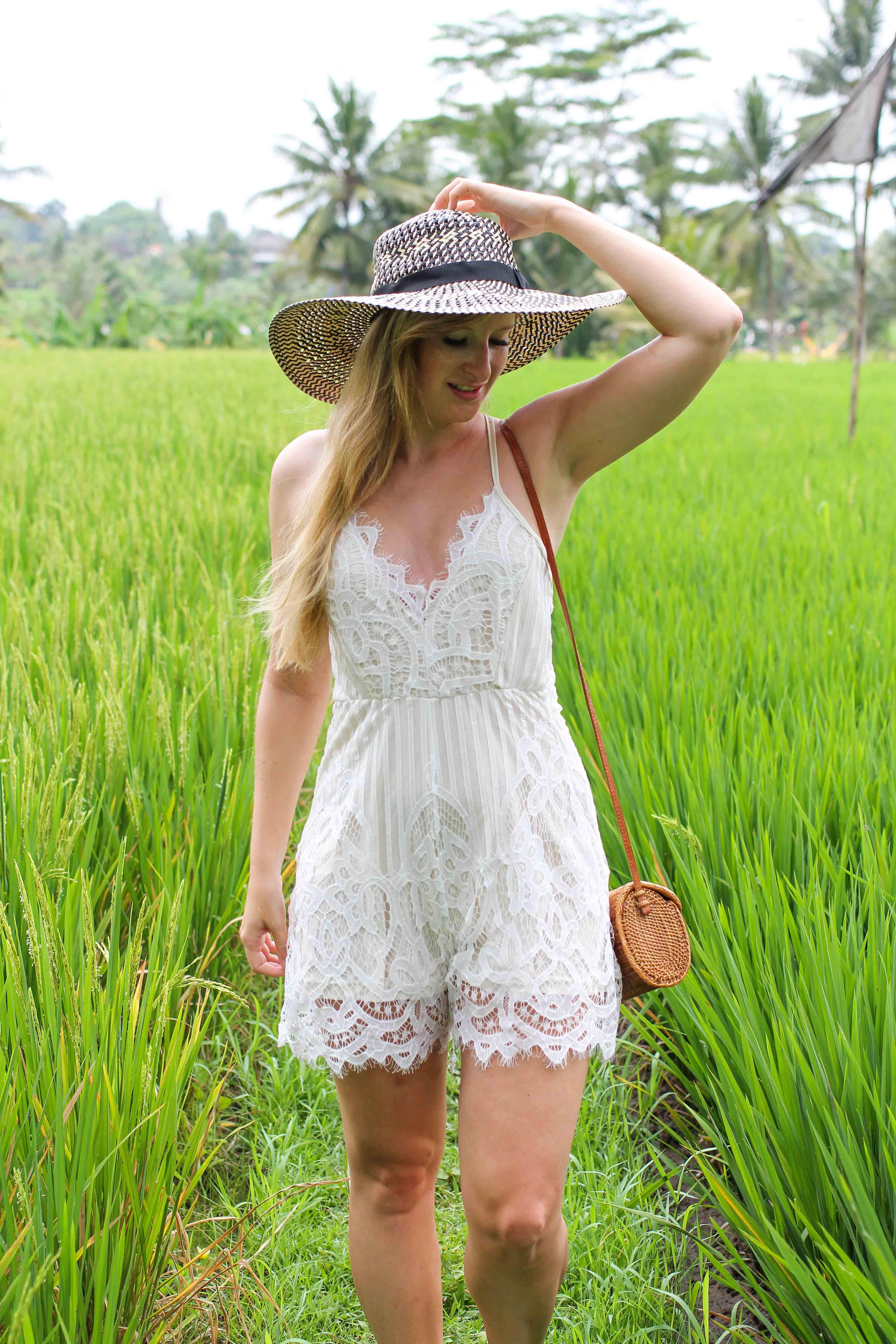 Weißer Jumpsuit kombinieren Spitze strohhut Reisfeldern Ubud Sommeroutfit Bali Modeblog 7