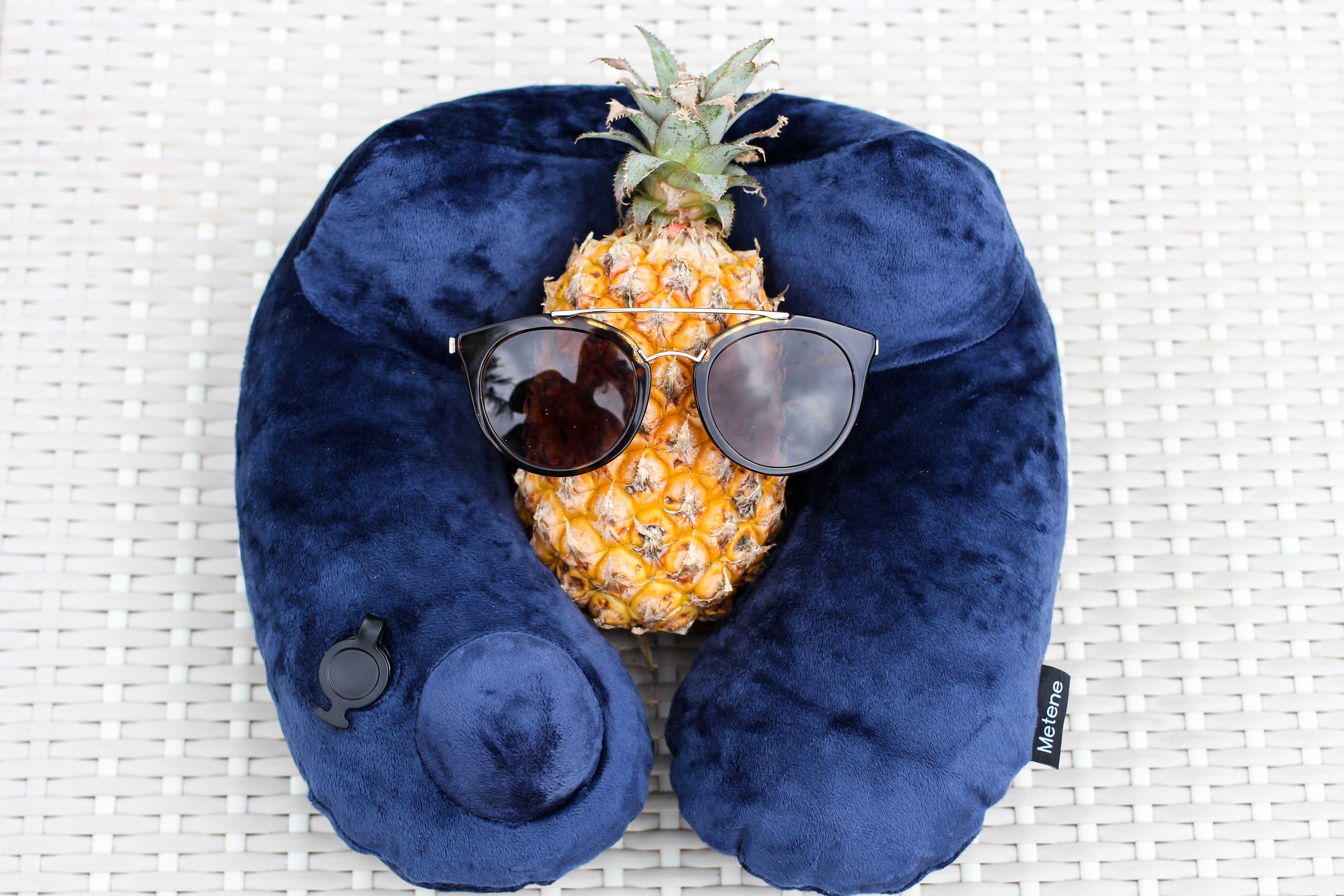 aufblasbare Nackenrolle Nackenkissen Tipps fürs Handgepäck bei Flugreisen Reiseblog BrinisFashionBook