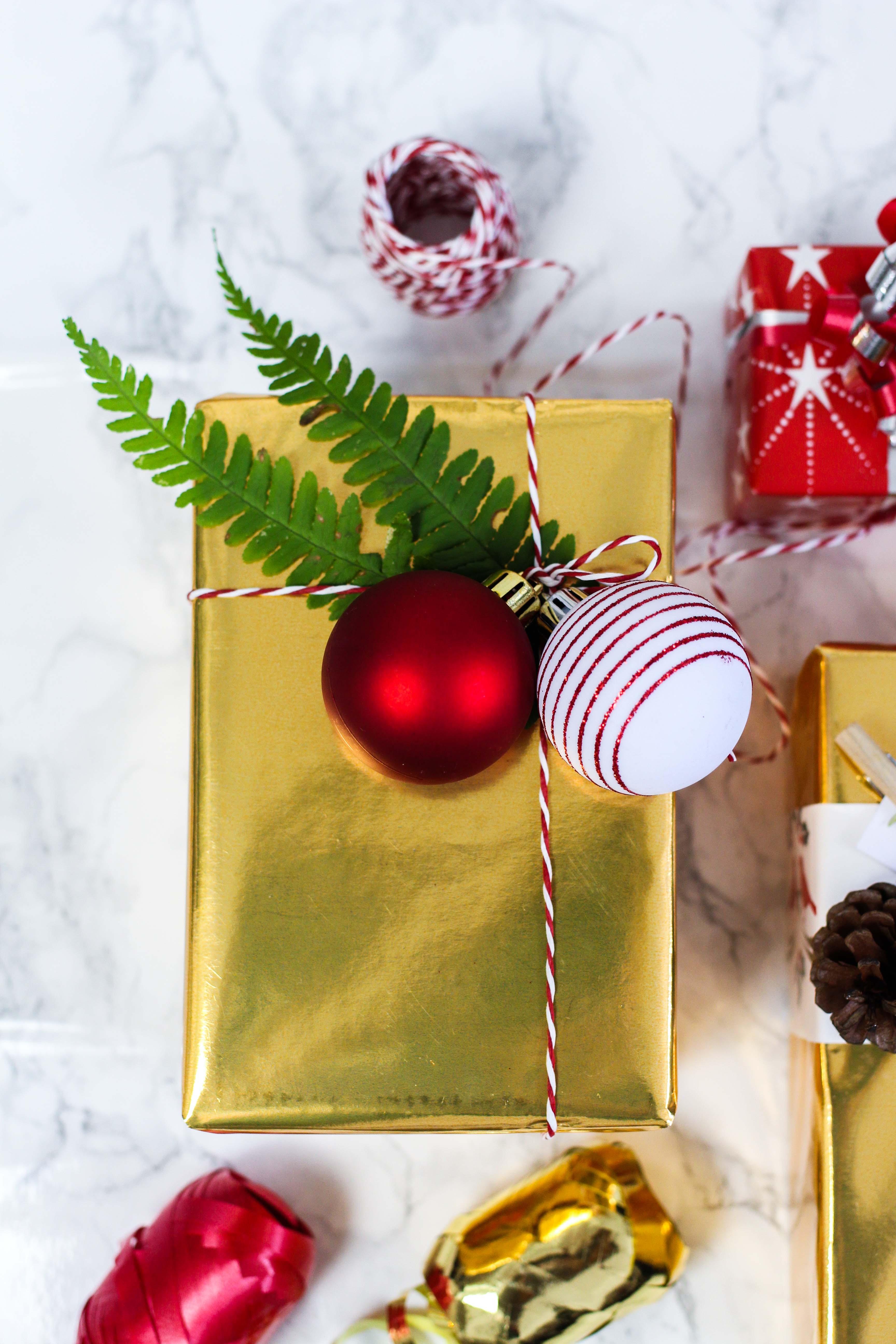 Geschenke kreativ einpacken Weihnachten Kreativer Christmas Gift Wrapping Guide Clas Ohlson Geschenkpapier Geschenk Ideen Dekoration gold Weihnachtskugeln