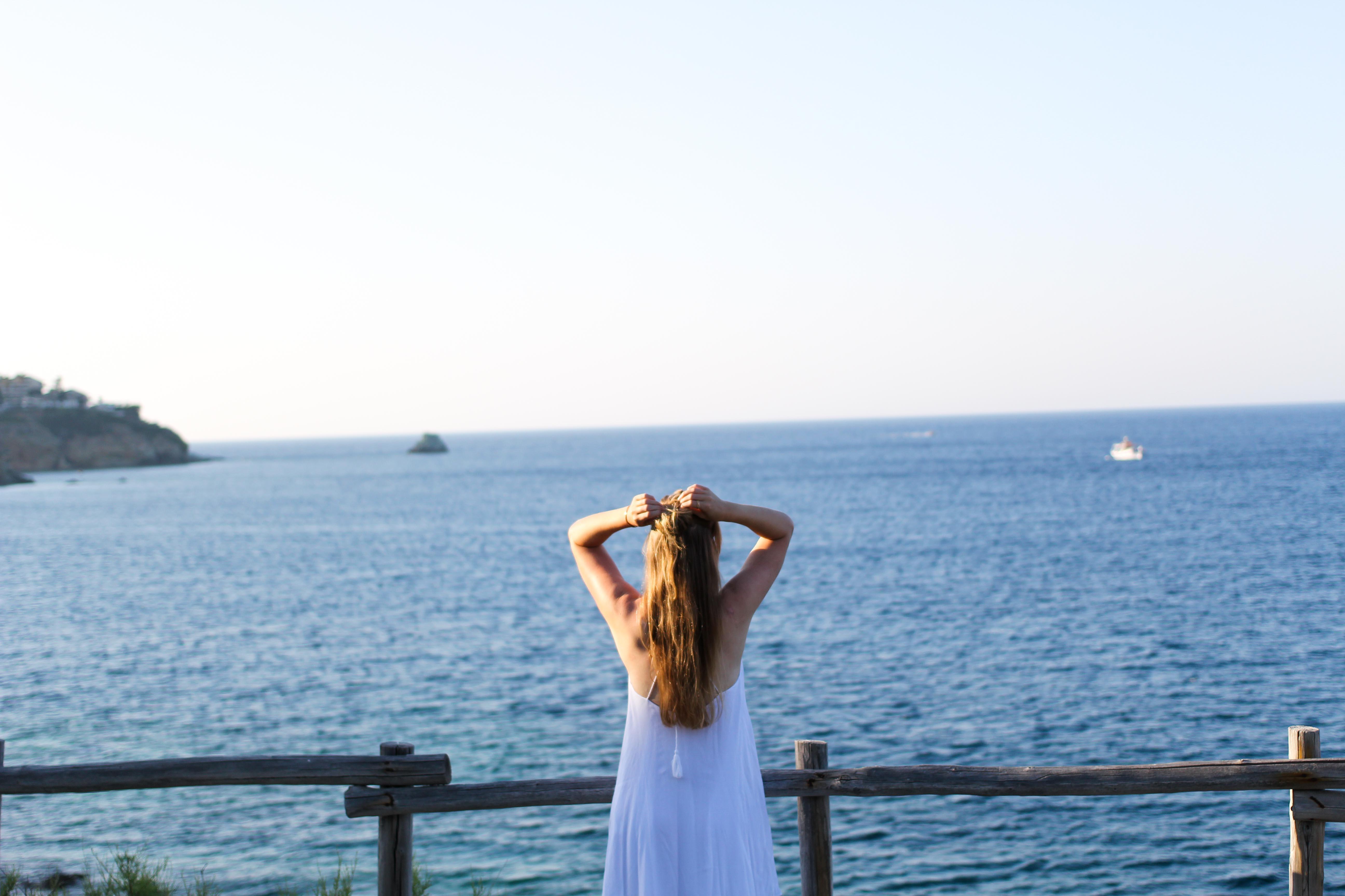 Top Kreta Sightseeing Kreta Sehenswürdigkeiten für einen Tagesausflug Meer Klippe weißes Kleid Blog