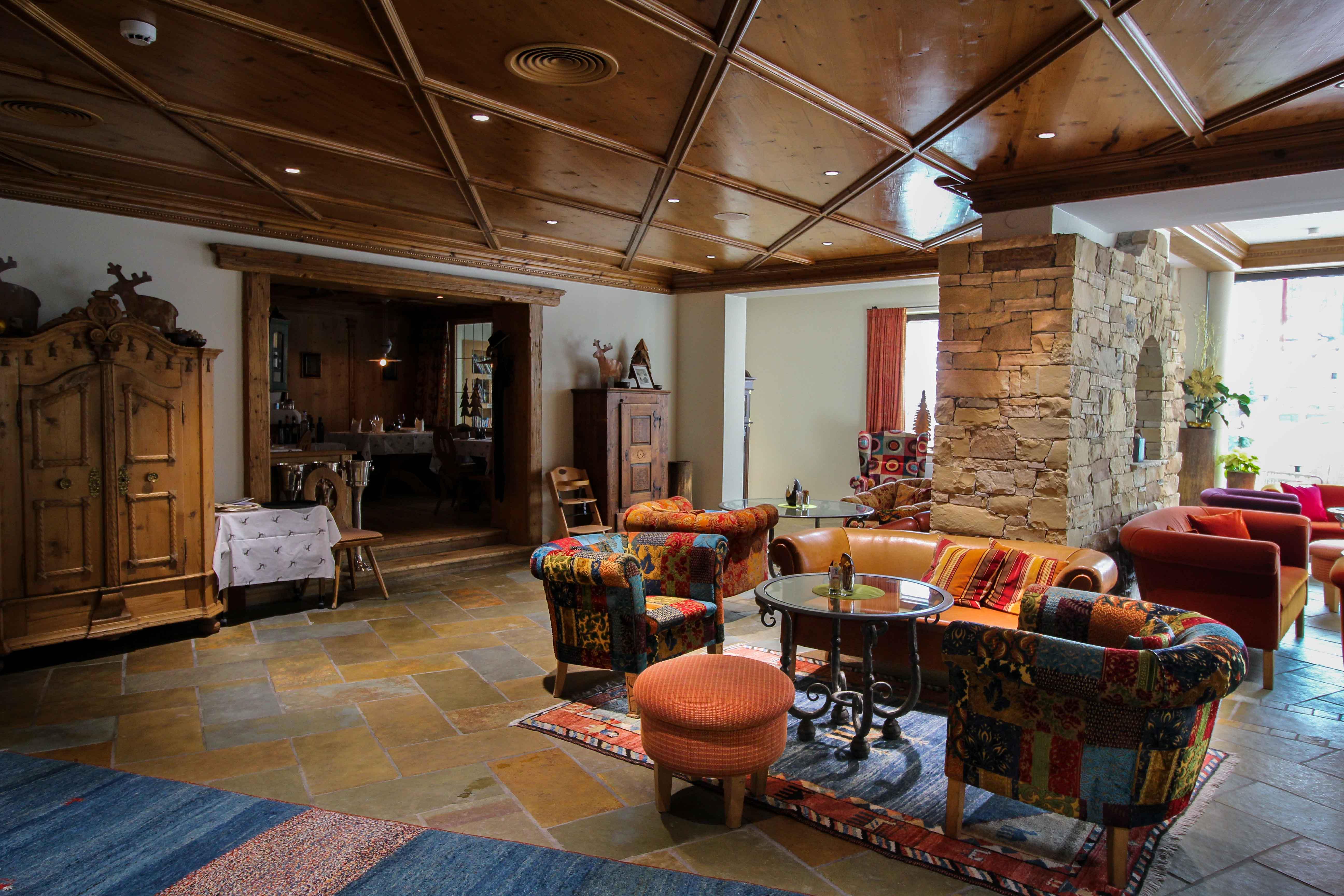 Das Central Sölden 5-Sterne Wellnesshotel Luxushotel Sölden Tirol Österreich Aufenthaltsraum Couch Reiseblog
