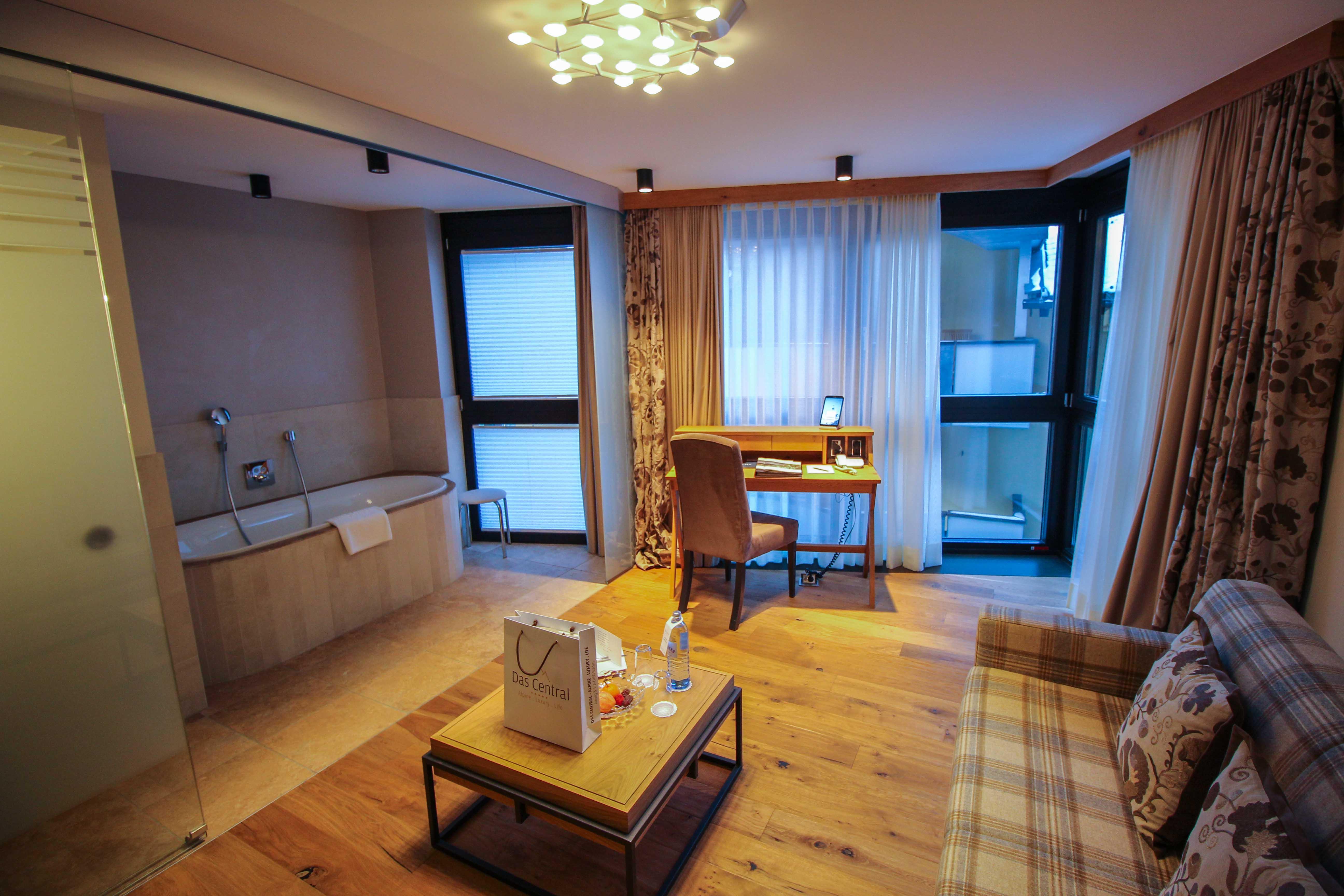 Das Central Sölden 5-Sterne Wellnesshotel Luxushotel Sölden Tirol Österreich Doppelzimmer Reiseblog Schreibtisch offenes Badezimmer