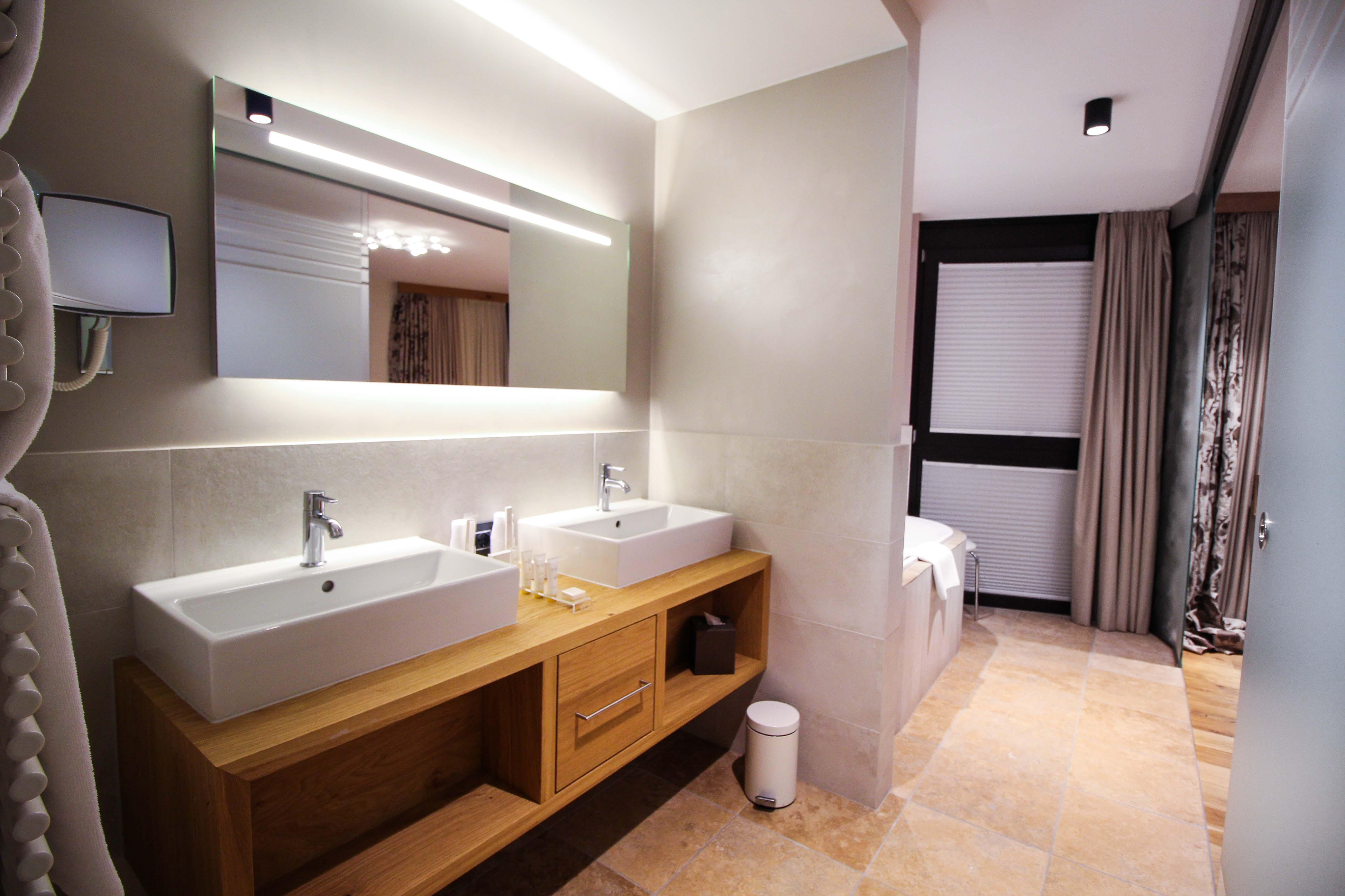 Das Central Sölden 5-Sterne Wellnesshotel Luxushotel Sölden Tirol Österreich Doppelzimmer Reiseblog offenes Badezimmer modern Waschbecken