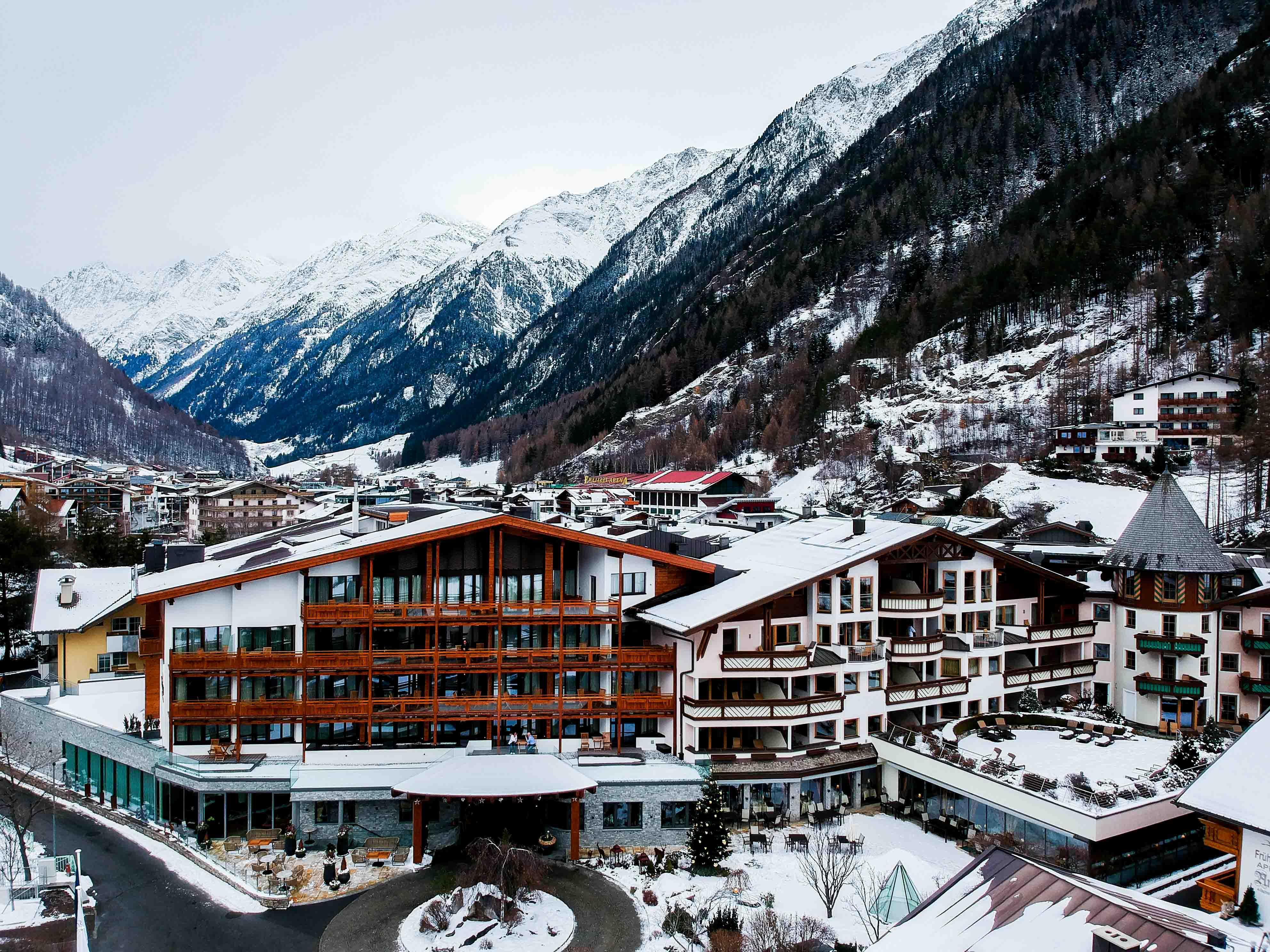 Das-Central-Sölden-5-Sterne-Wellnesshotel-Luxushotel-Sölden-Tirol-Österreich-Drohne-Luftaufnahme-Schnee-Reiseblog
