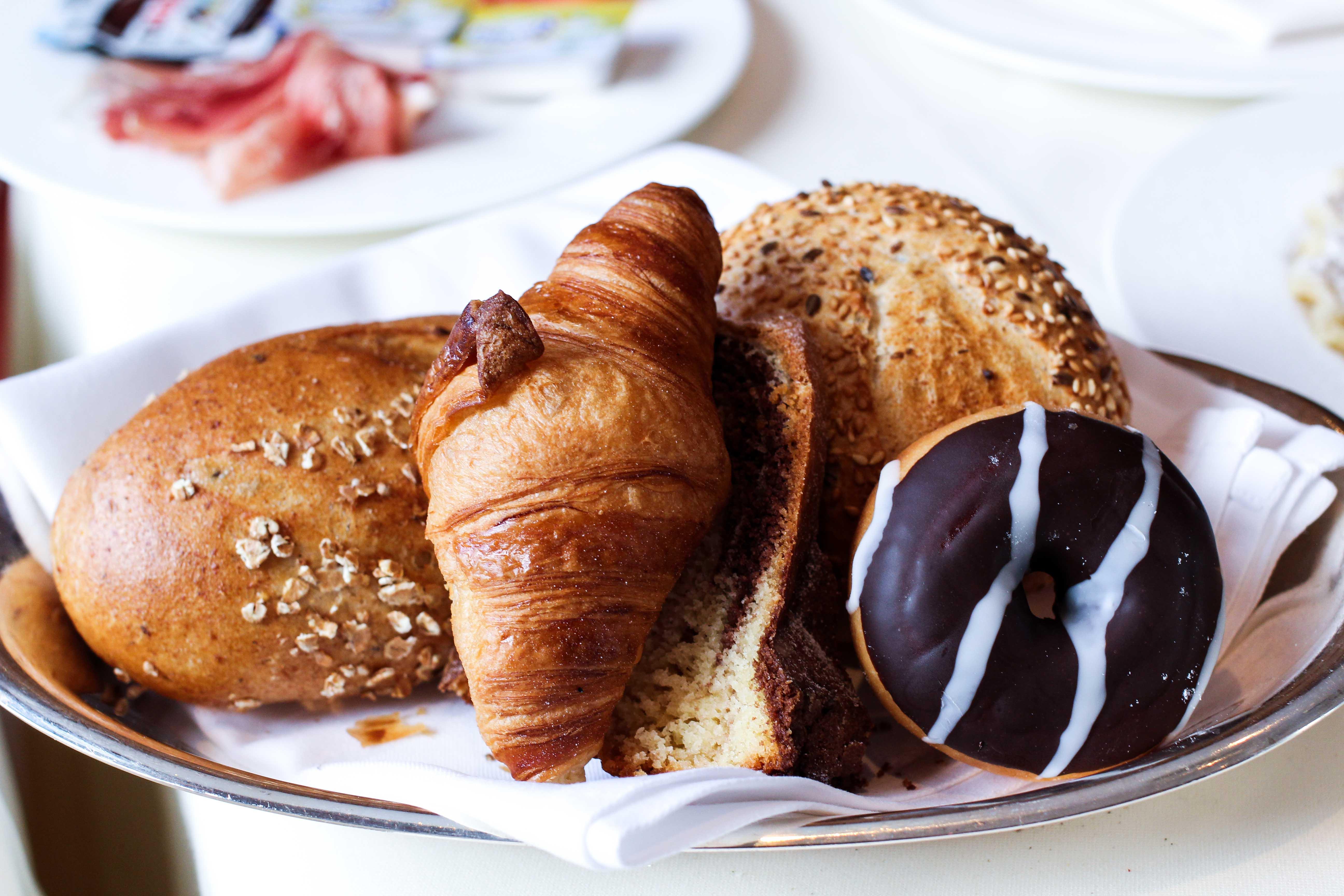 Frühstück Brotkorb Croissant Donut Das Central Sölden 5-Sterne Wellnesshotel Luxushotel Sölden Tirol Österreich Winterurlaub Reiseblog