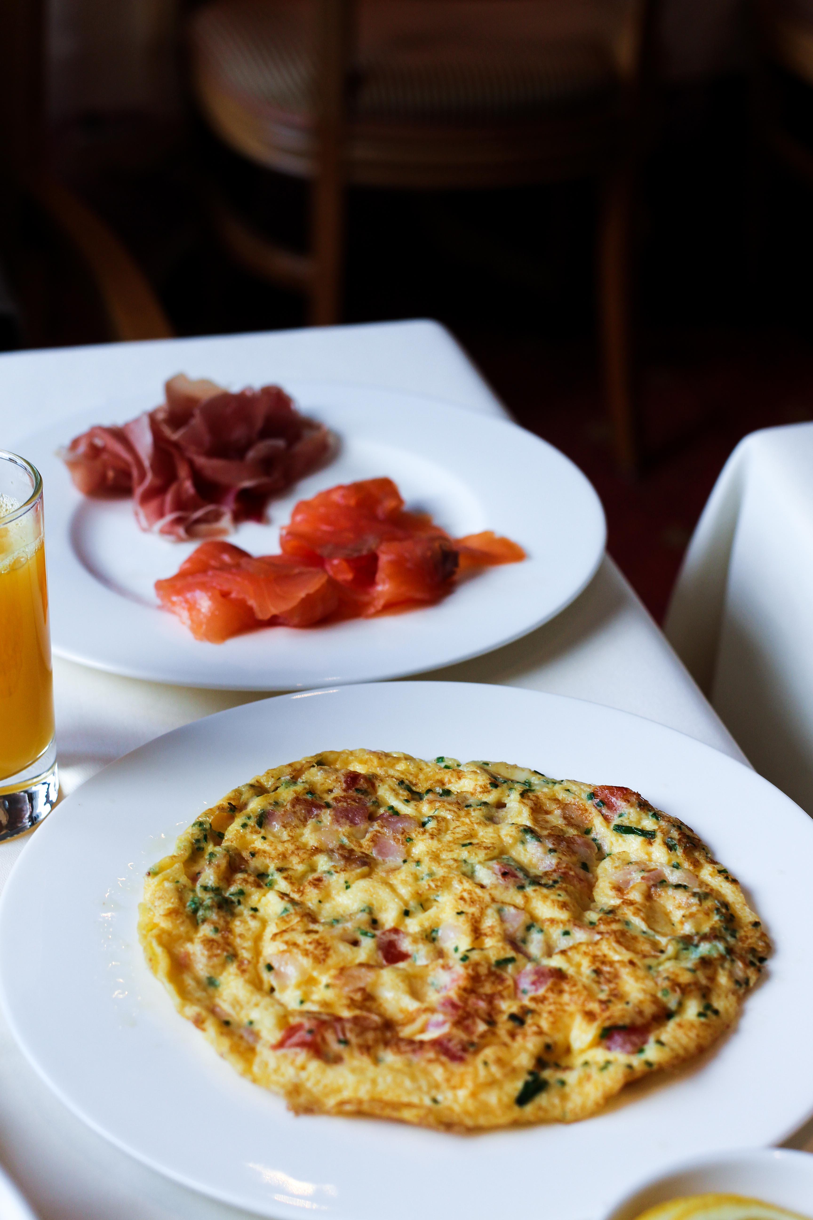 Frühstück Omelette Lachs Gourmethotel Das Central Sölden 5-Sterne Luxushotel Sölden Tirol Österreich Winterurlaub Reiseblog