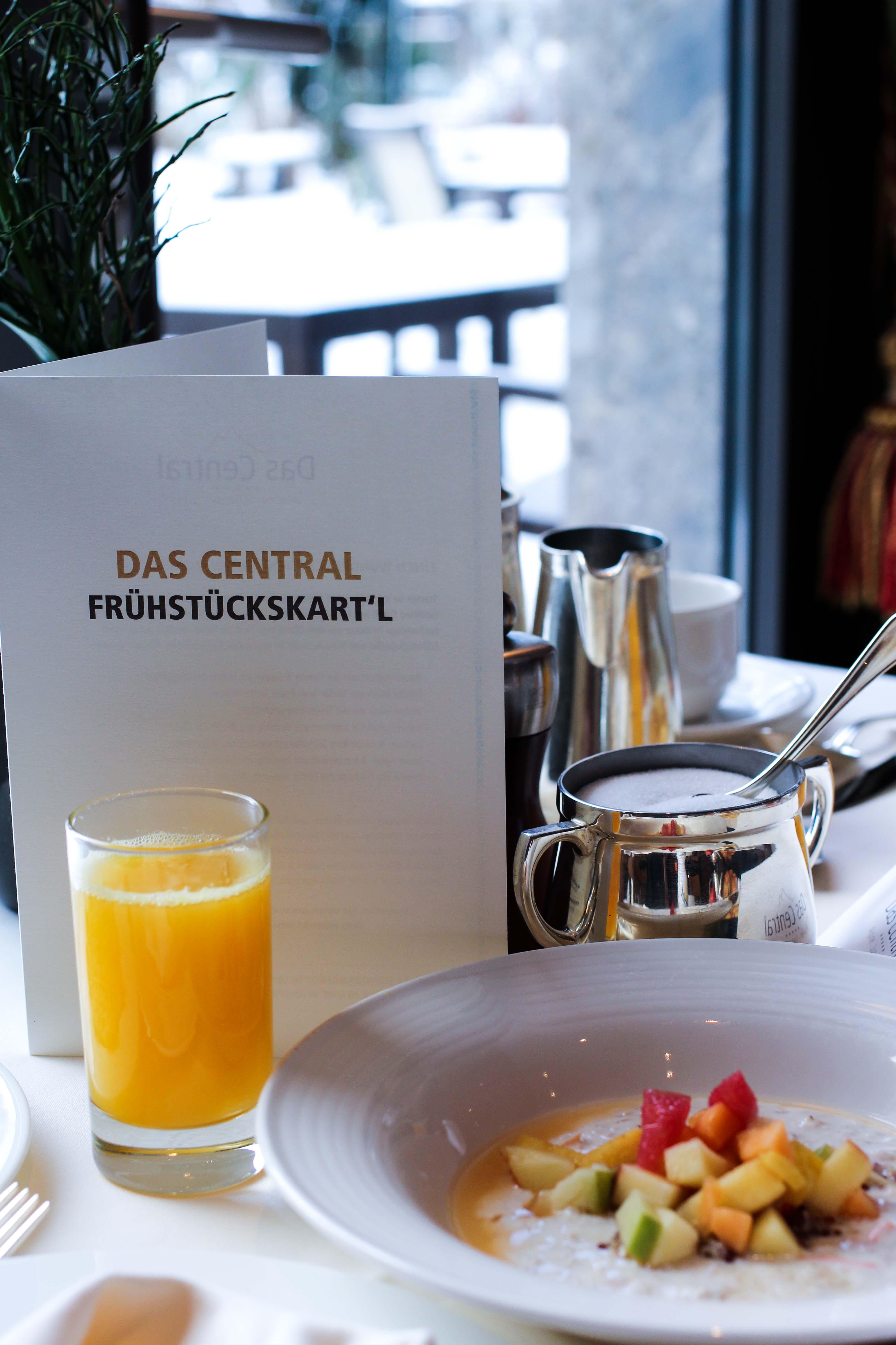 Frühstück frischer Osaft Früchte Gourmethotel Das Central Sölden 5-Sterne Luxushotel Sölden Tirol Österreich Winterurlaub Reiseblog