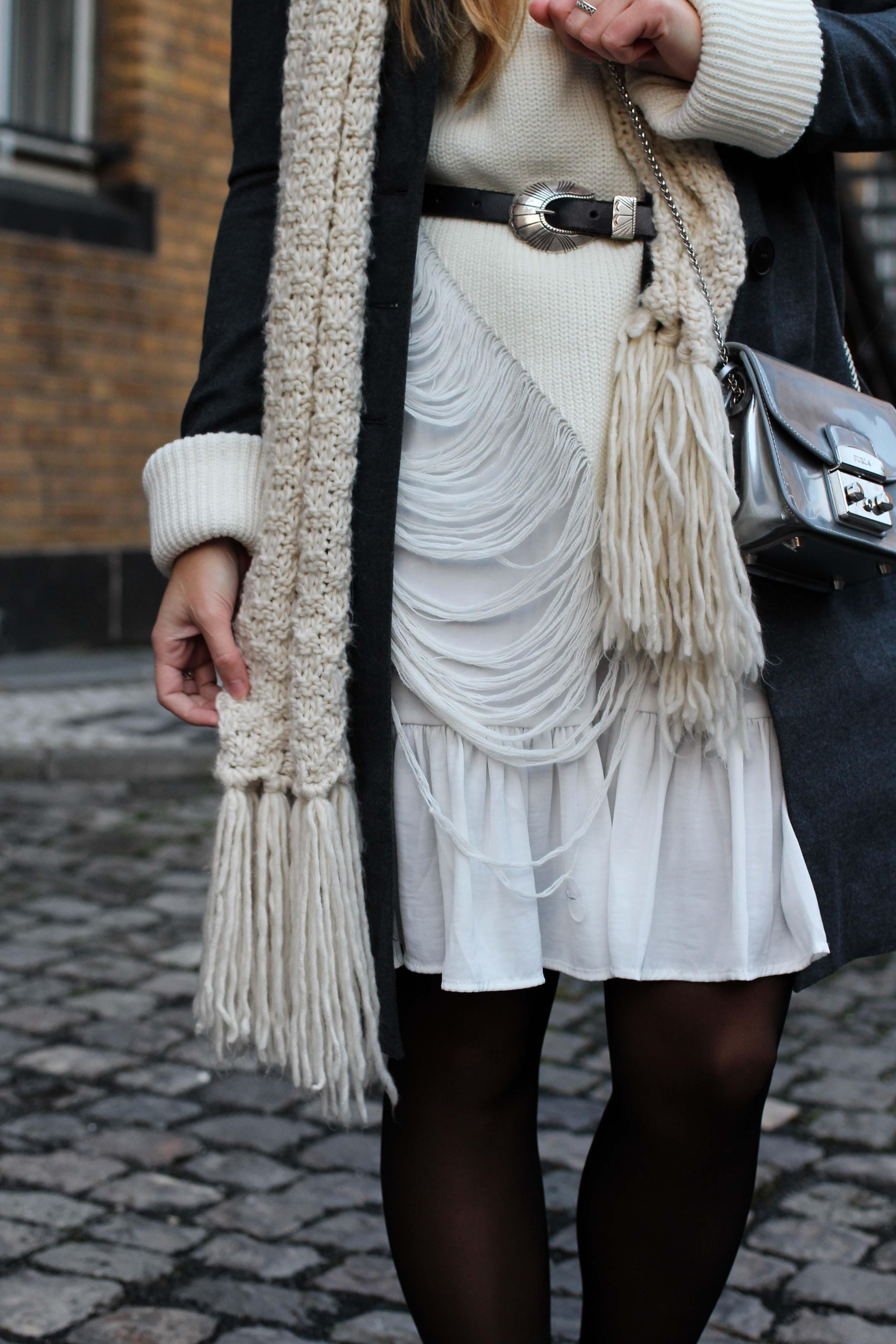 Winter-Layering weißes Kleid, Ripped Pullover Asos schwarze Strumpfhose Hunkemöller kombinieren Outfit Modeblog bonn 2