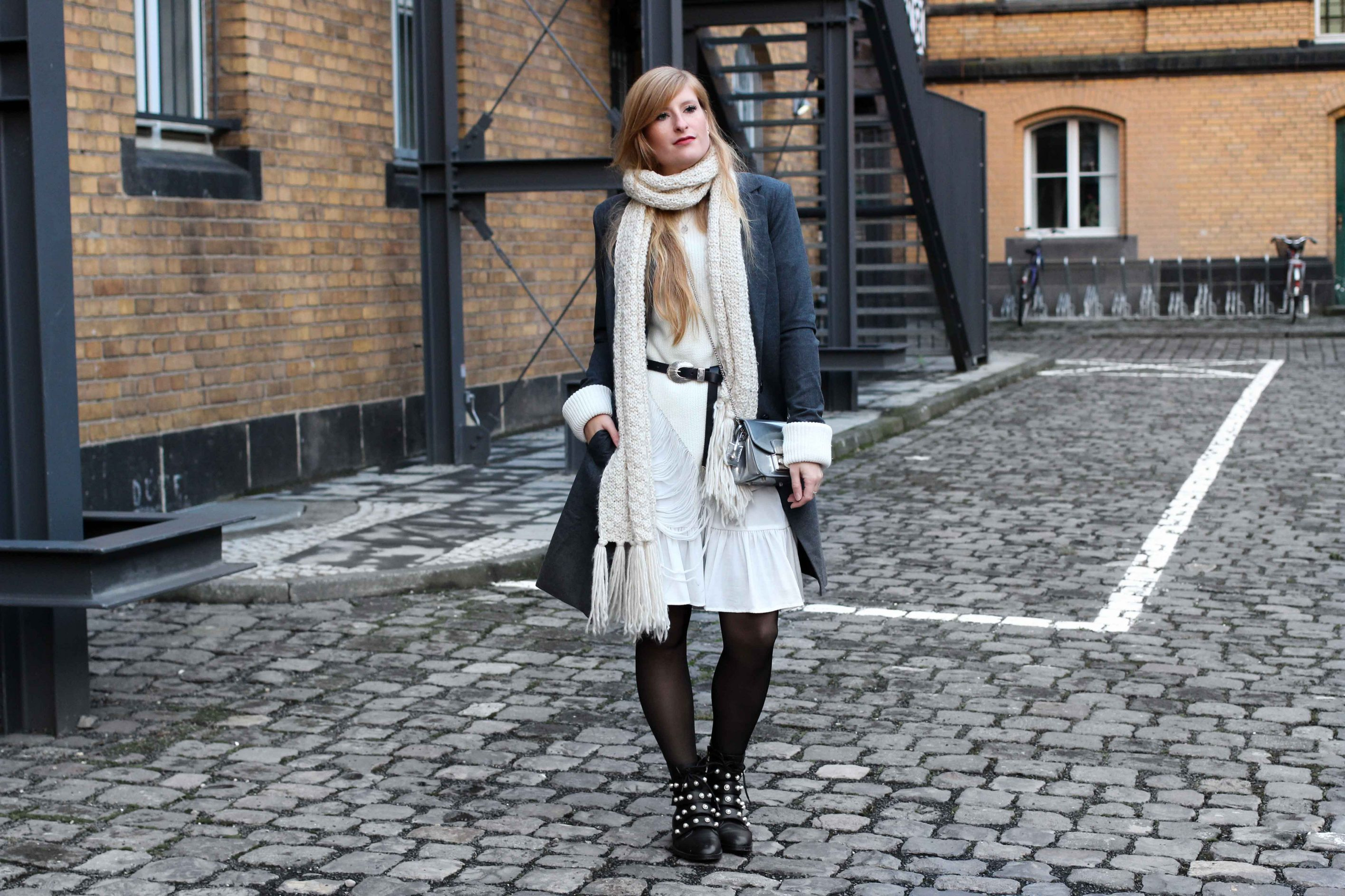 winter-layering: weißes kleid, ripped pullover & schwarze