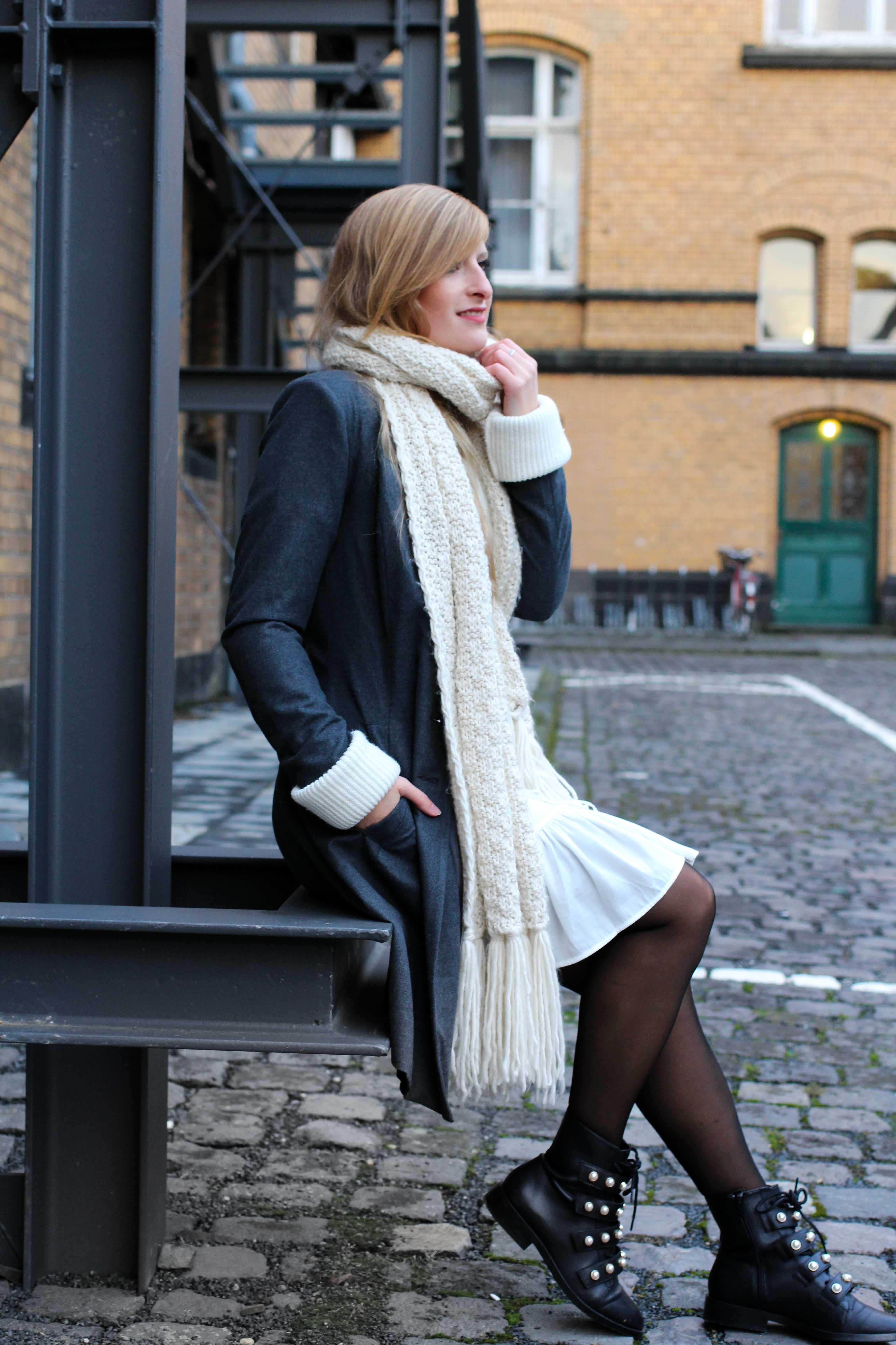 Winter-Layering weißes Kleid, Ripped Pullover Asos schwarze Strumpfhose Hunkemöller kombinieren Outfit Modeblog bonn 4
