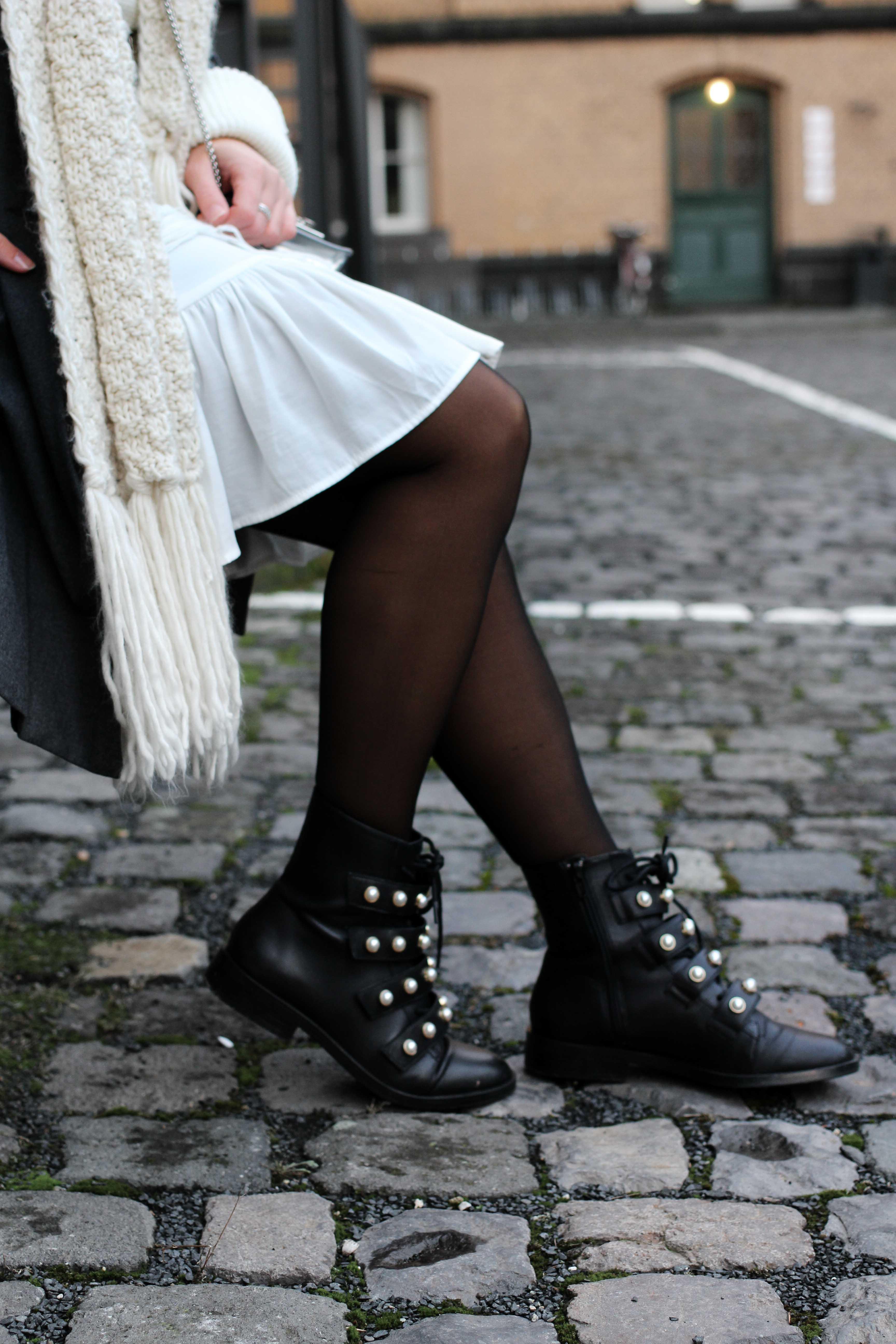Winter-Layering weißes Kleid, Zara Boots Perlen schwarze Strumpfhose Hunkemöller kombinieren Outfit Modeblog bonn 8
