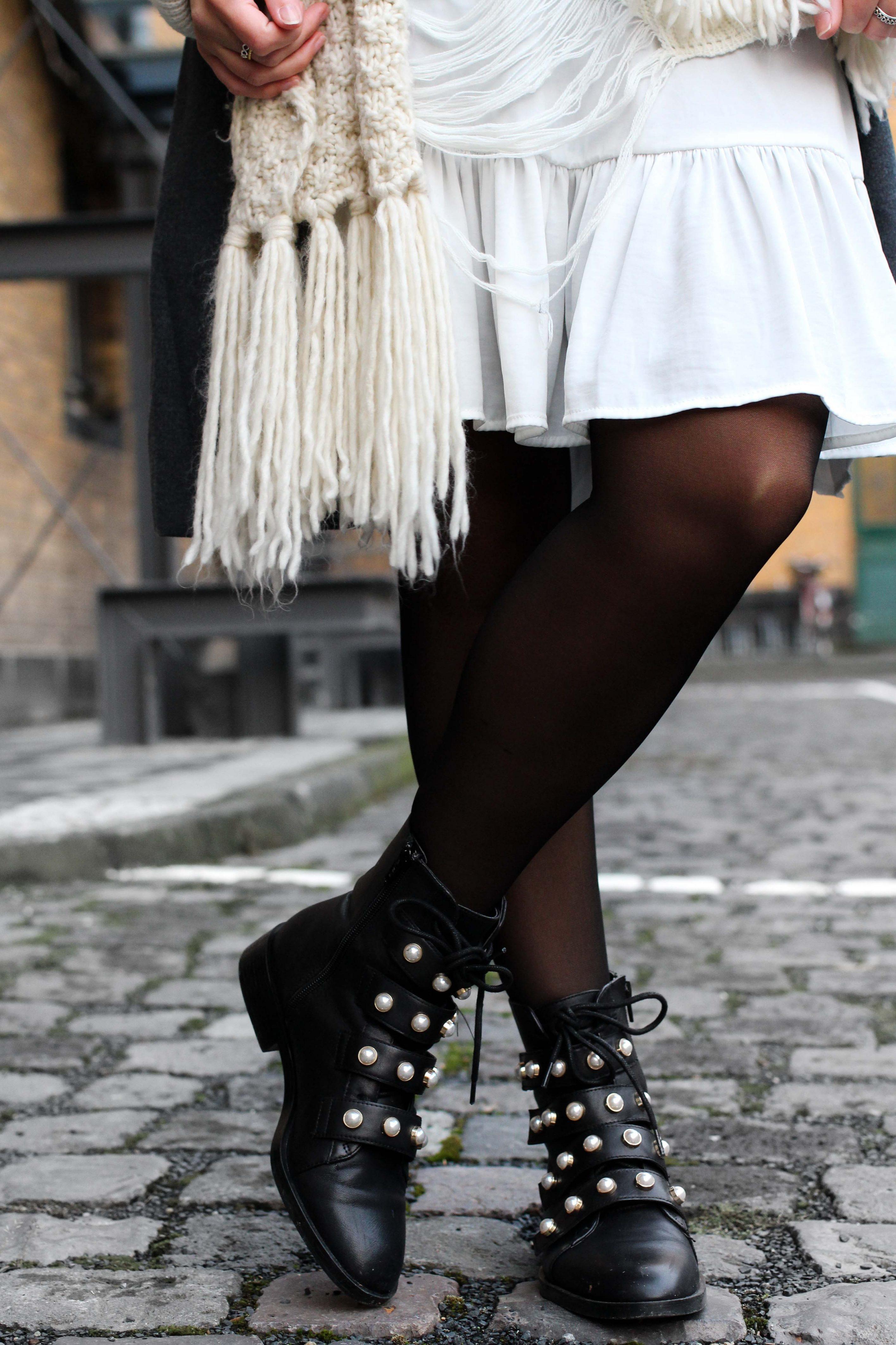 Junge Luxus kaufen am besten verkaufen Winter-Layering weißes Kleid, schwarze Zara Boots Perlen ...