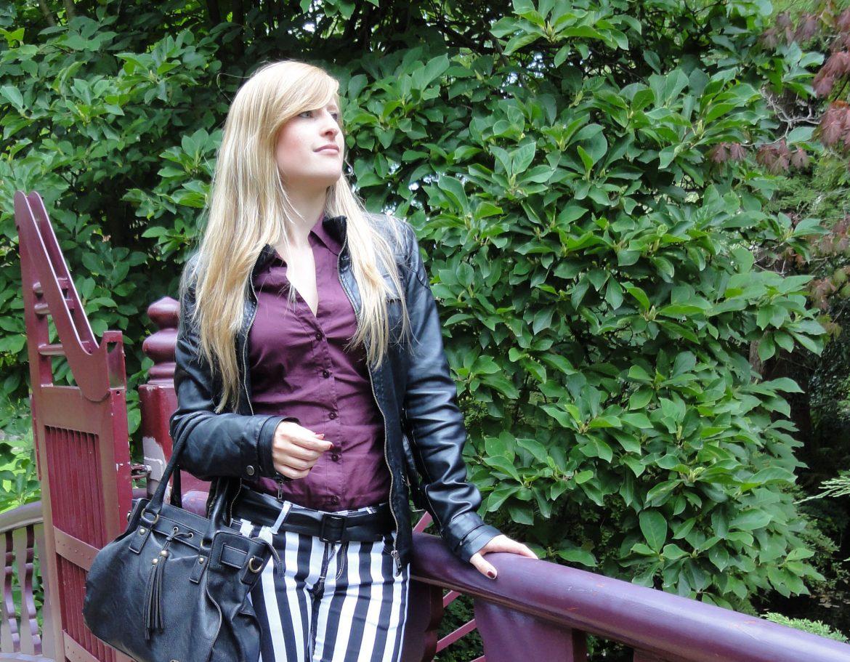 Bluse Lila Brombeere kombinieren schwarz weiß gestreifte Hose Modeblog Outfit