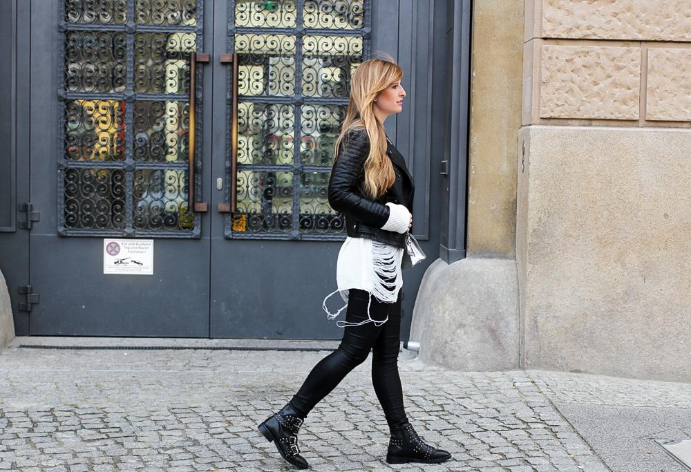 Casual Streetstyle winter look Biker Boots nieten Lederhose weißer Oversize-Strickpullover Distressed-Optik Berlin Modeblog 8