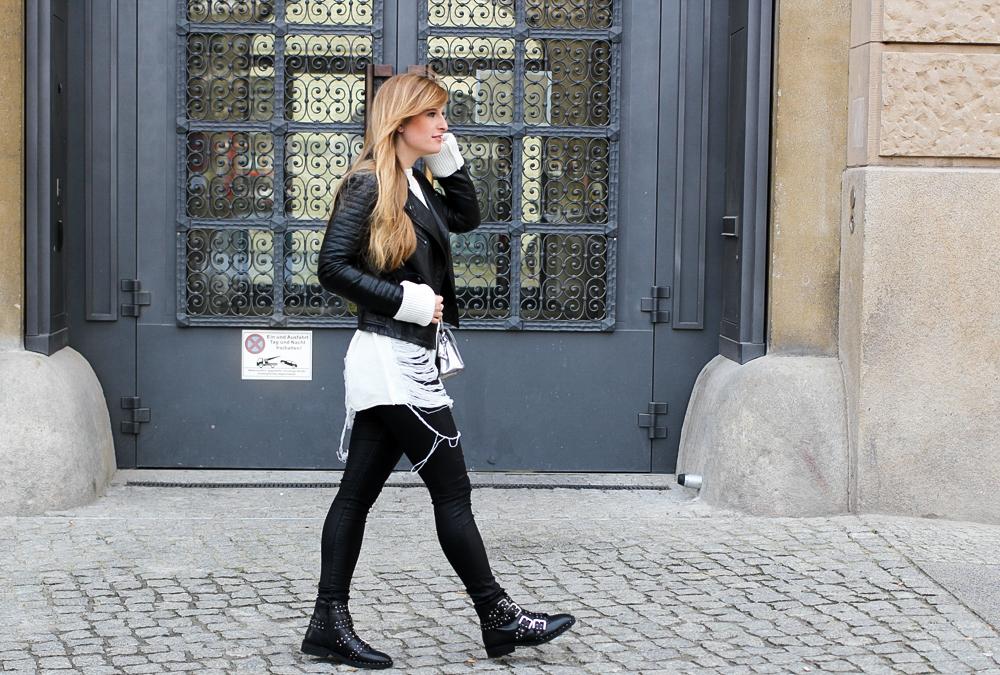 Casual Streetstyle winter look Biker Boots nieten Lederhose weißer Oversize-Strickpullover Distressed-Optik Berlin Modeblog 95