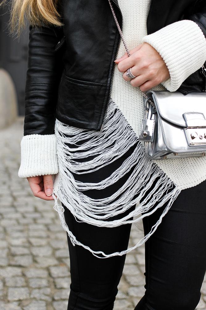 Casual Streetstyle winter look Furla Metropolis silber Lederhose weißer Oversize-Strickpullover Distressed-Optik Berlin Modeblog 3