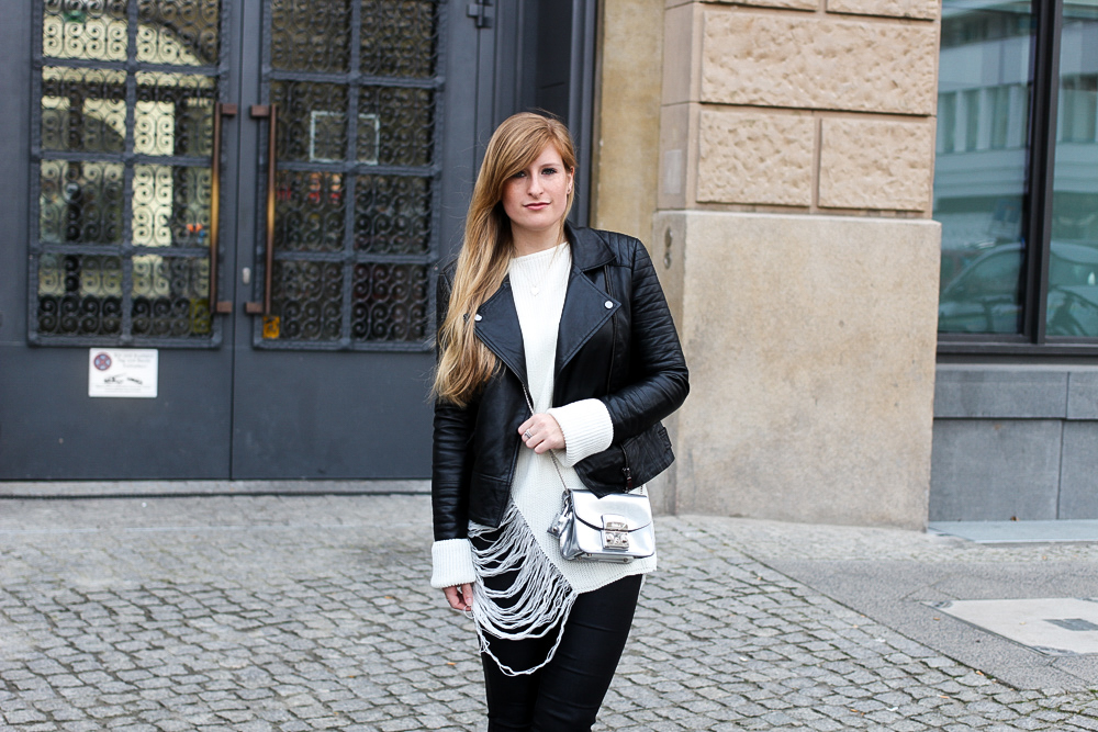 Casual Streetstyle winter look Furla Tasche Lederhose weißer Oversize-Strickpullover Distressed-Optik Berlin Modeblog 5