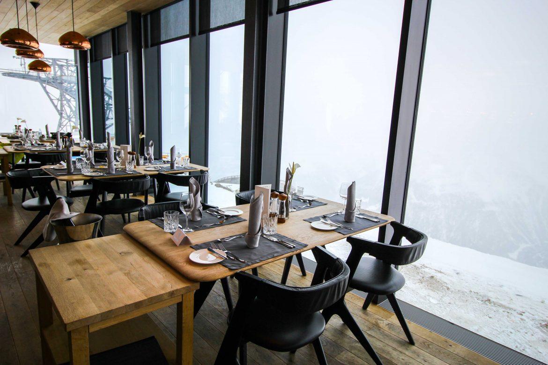 Gourmet-Restaurant Gipfelaussicht Tisch iceQ Sölden Tirol Österreich James Bond Location Spectre 3000m Gaislachkogl Reiseblog Inneneinrichtung