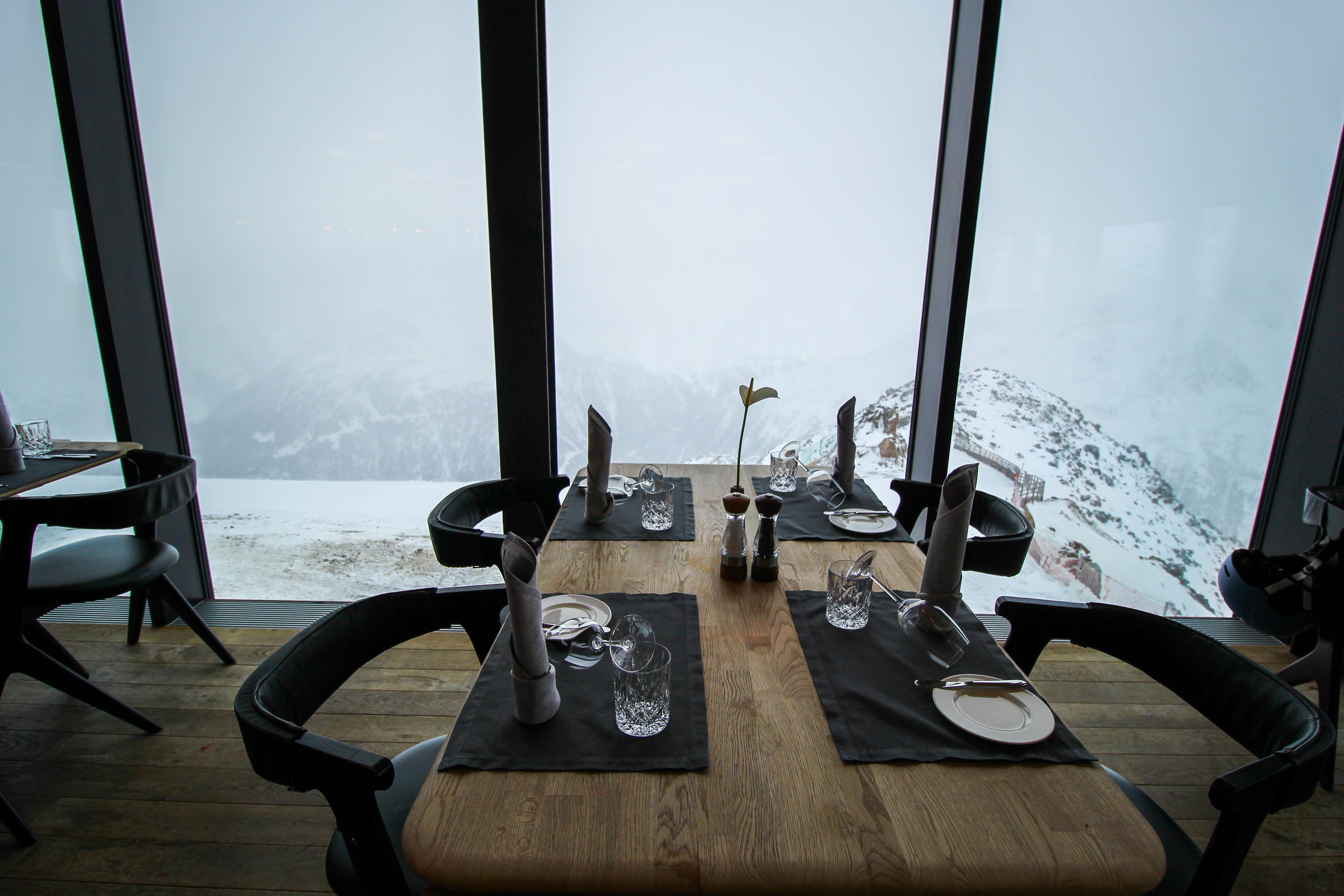 Gourmet-Restaurant Gipfelaussicht Tisch iceQ Sölden Tirol Österreich James Bond Location Spectre 3000m Gaislachkogl Reiseblog