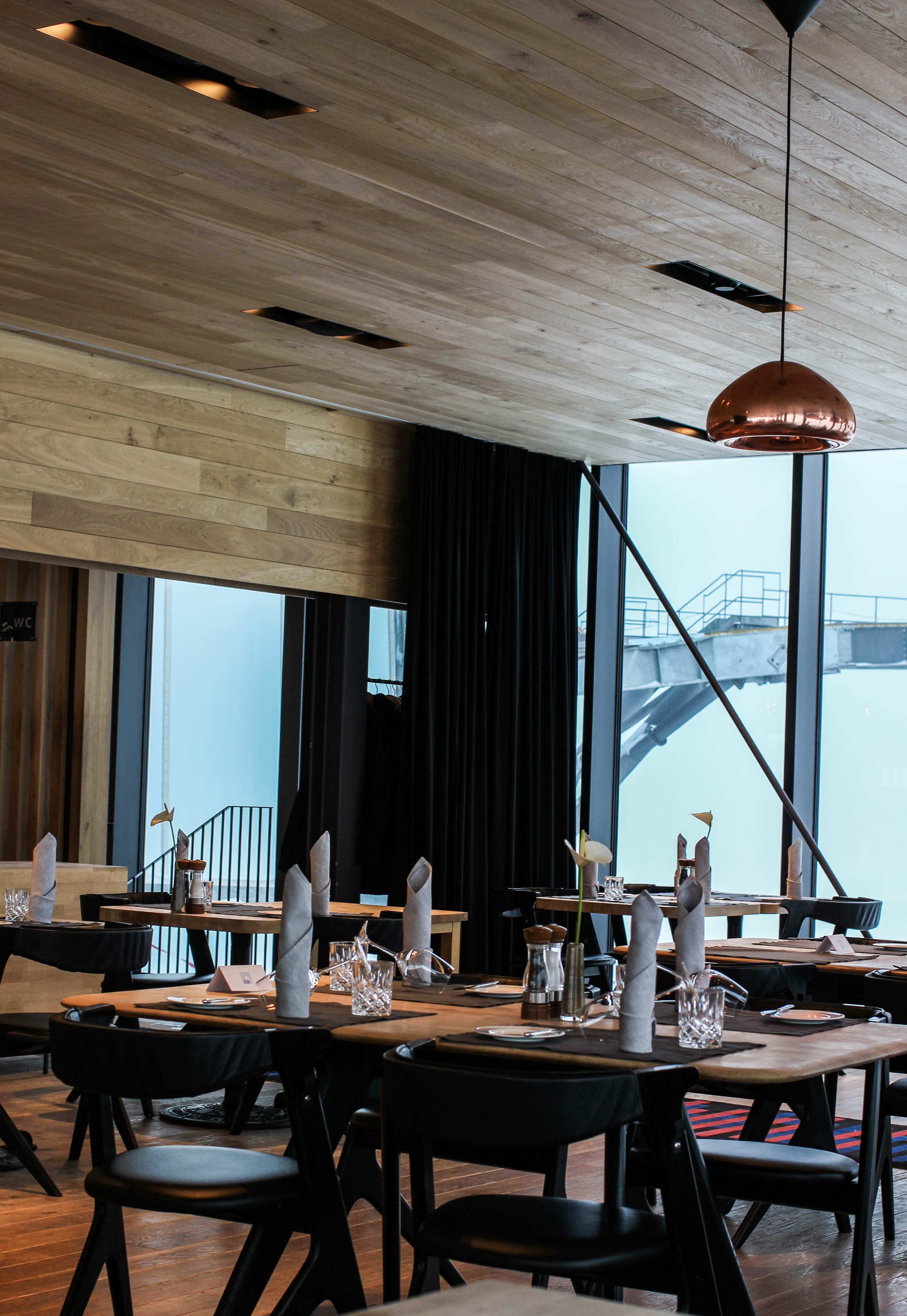 Gourmet-Restaurant Gipfelaussicht Tisch iceQ Sölden Tirol Inneneinrichtung Kupfer James Bond Location Spectre 3000m Gaislachkogl Reiseblog
