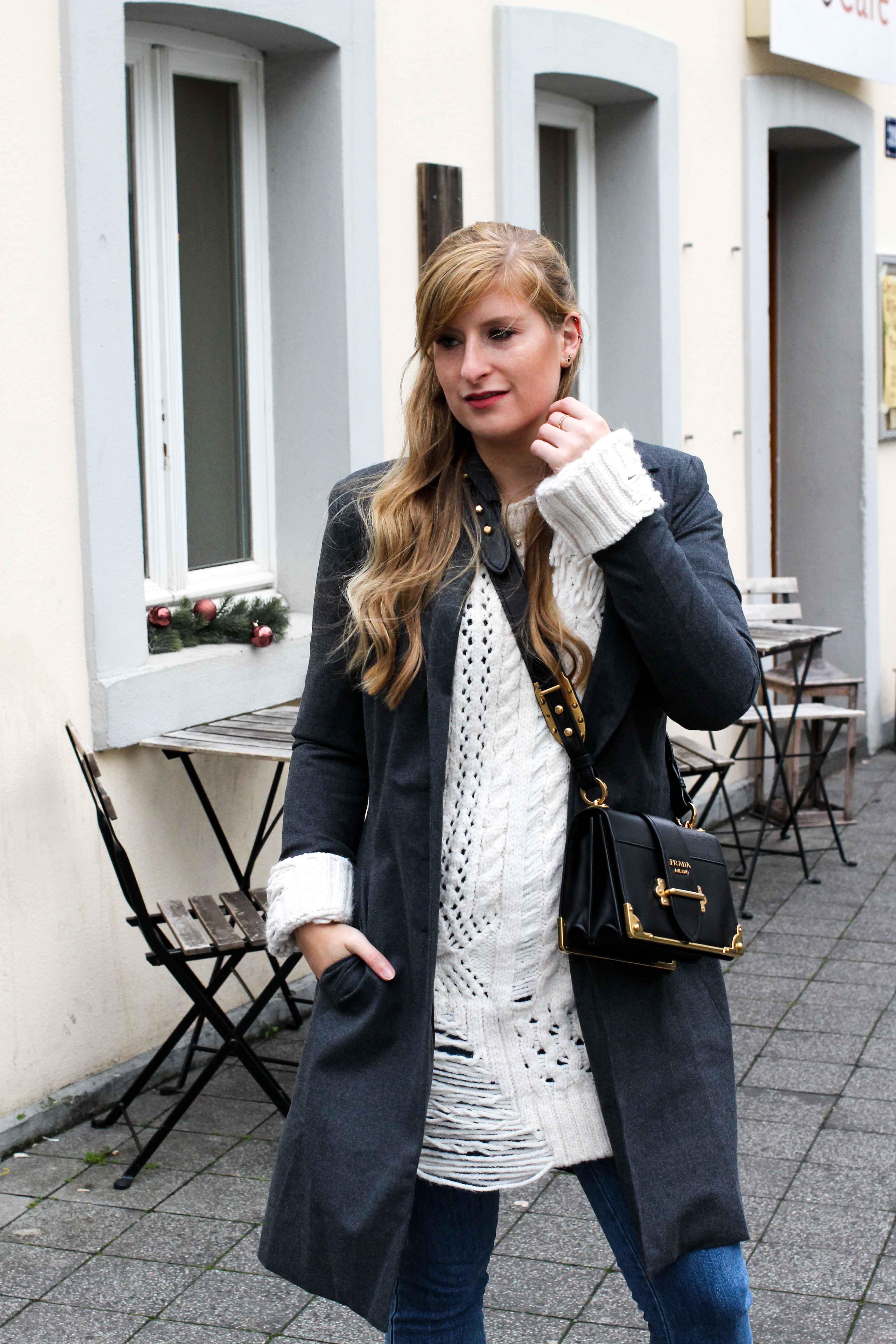 Outfit Zara Wollpullover kombinieren Blue Jeans NAKD Winterlook Prada Cahier Tasche Classy Cozy Modeblog Bonn 2