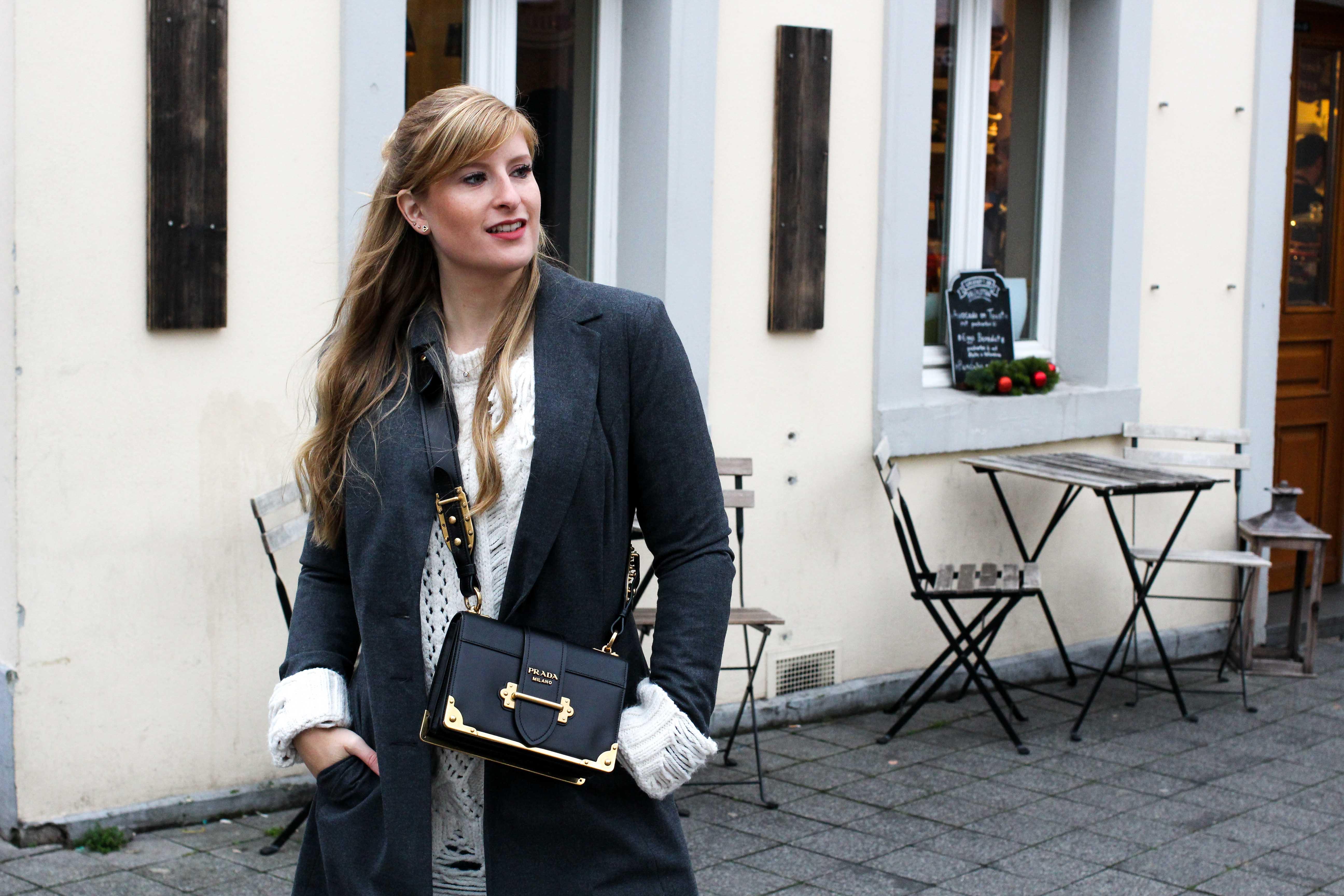 Outfit Zara Wollpullover kombinieren Streetstyle Winterlook Prada Cahier Tasche Classy Cozy Modeblog Bonn 3