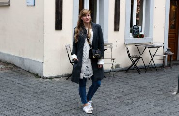Outfit Zara Wollpullover kombinieren weiße Sneaker Blue Jeans NAKD Winterlook Prada Cahier Tasche Classy Cozy Modeblog Bonn