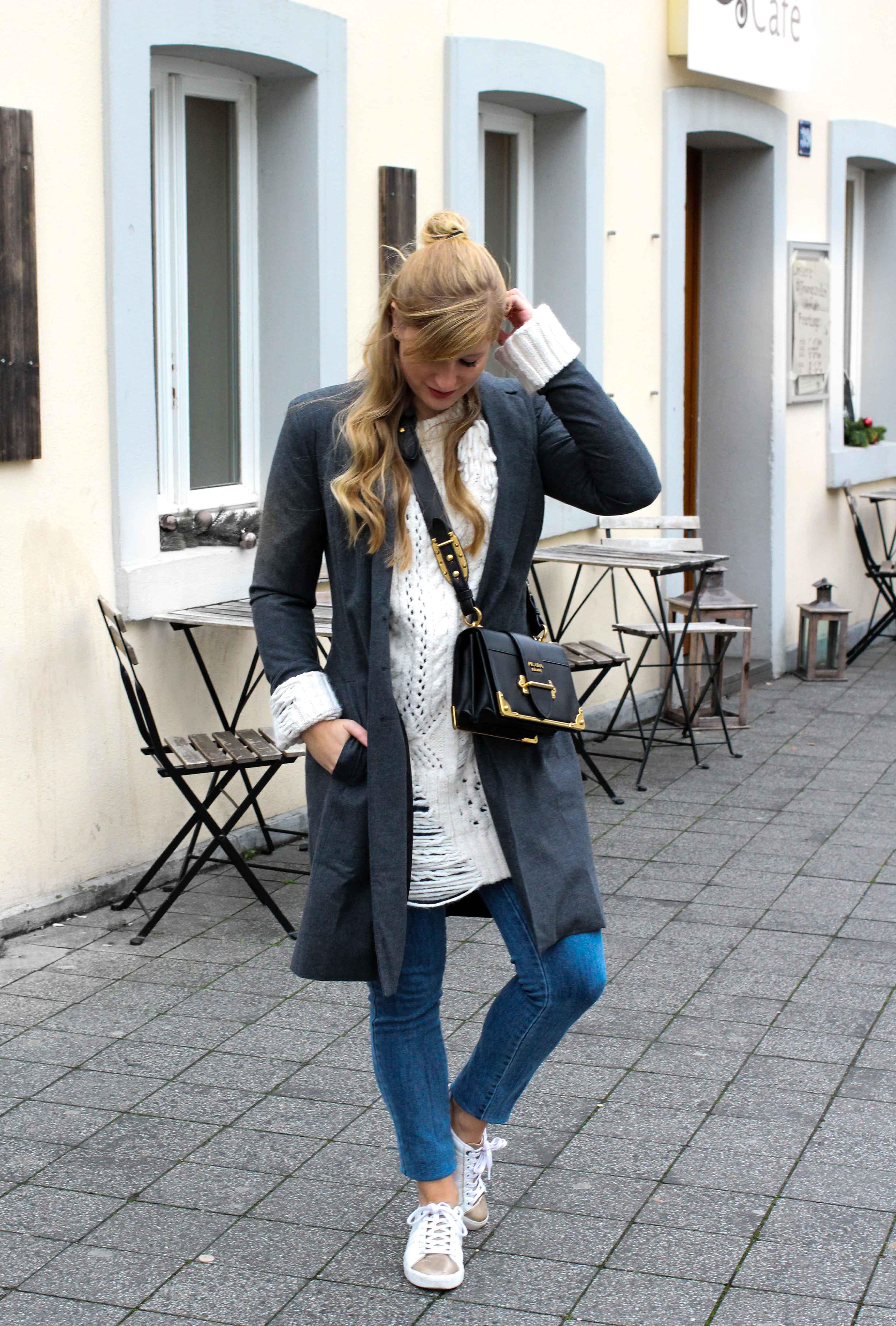 Outfit Zara Wollpullover kombinieren weiße Sneaker Blue Jeans NAKD Winterlook Prada Cahier Tasche Classy Cozy Modeblog Bonn Streetstyle