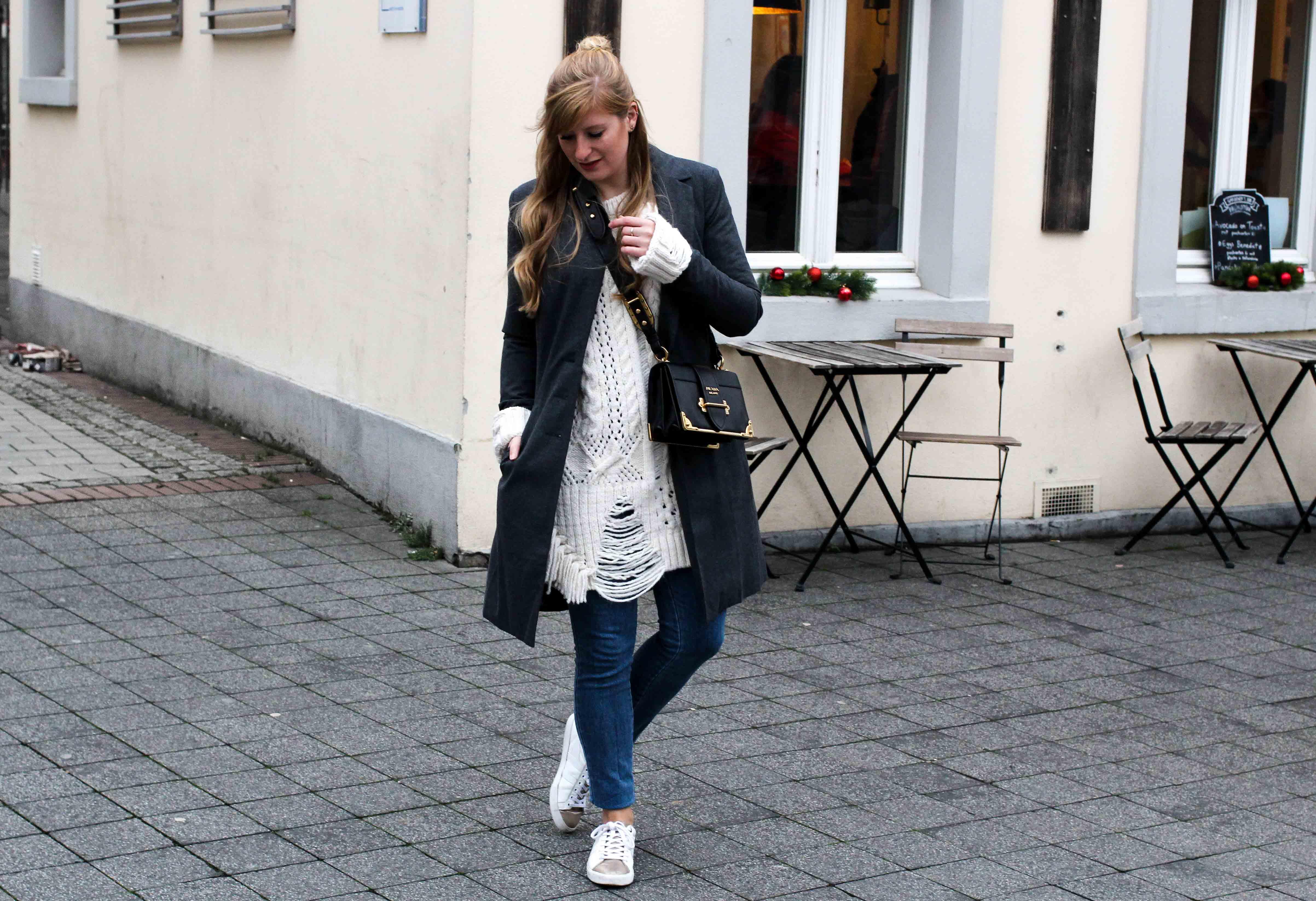 Outfit Zara Wollpullover kombinieren weiße Sneaker Blue Jeans NAKD Winterlook Prada Cahier Tasche Classy Cozy Modeblog Bonn streetstyle 4