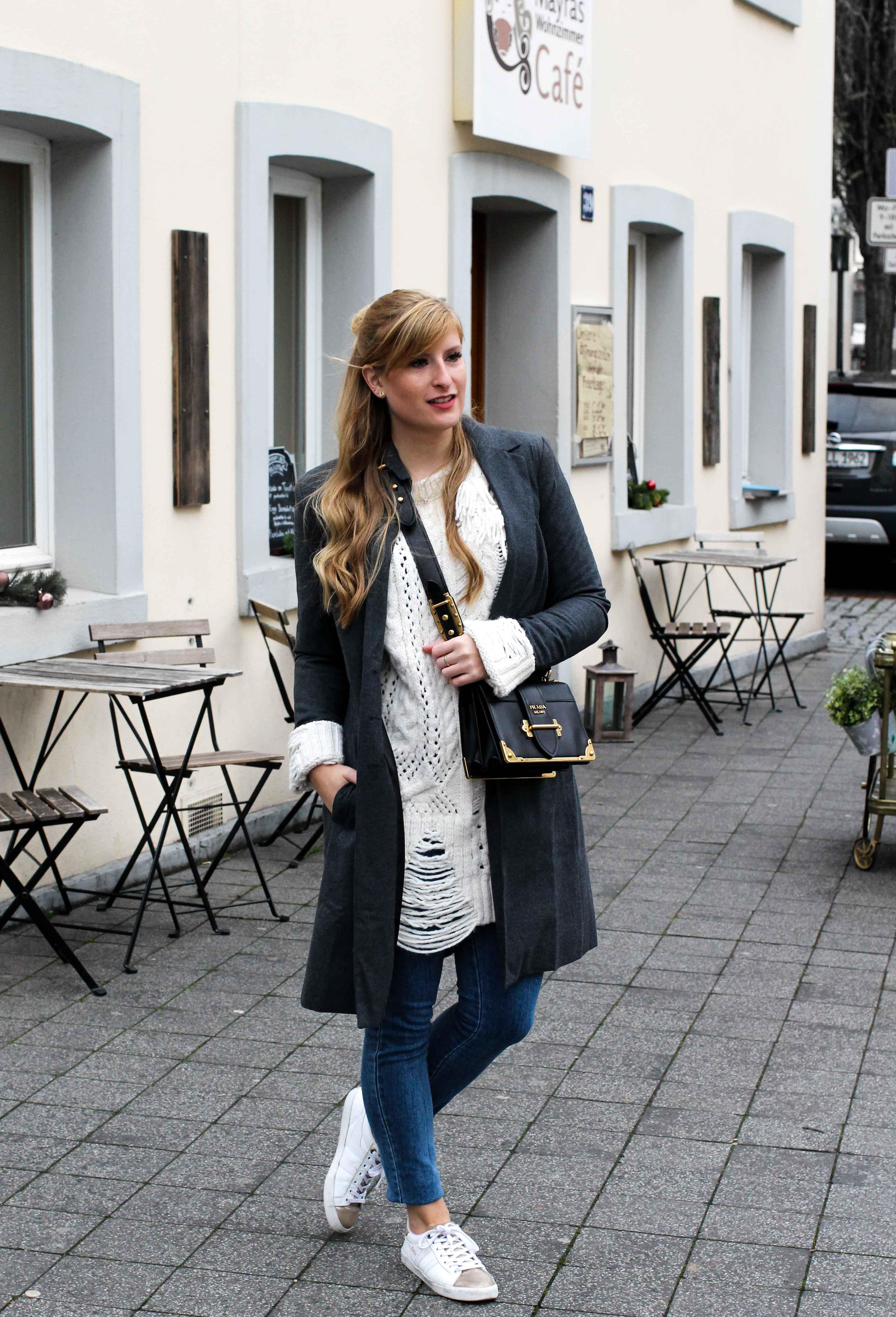 Outfit Zara Wollpullover kombinieren weiße Sneaker Blue Jeans NAKD Winterlook Prada Cahier Tasche Classy Cozy Modeblog Bonn streetstyle 6