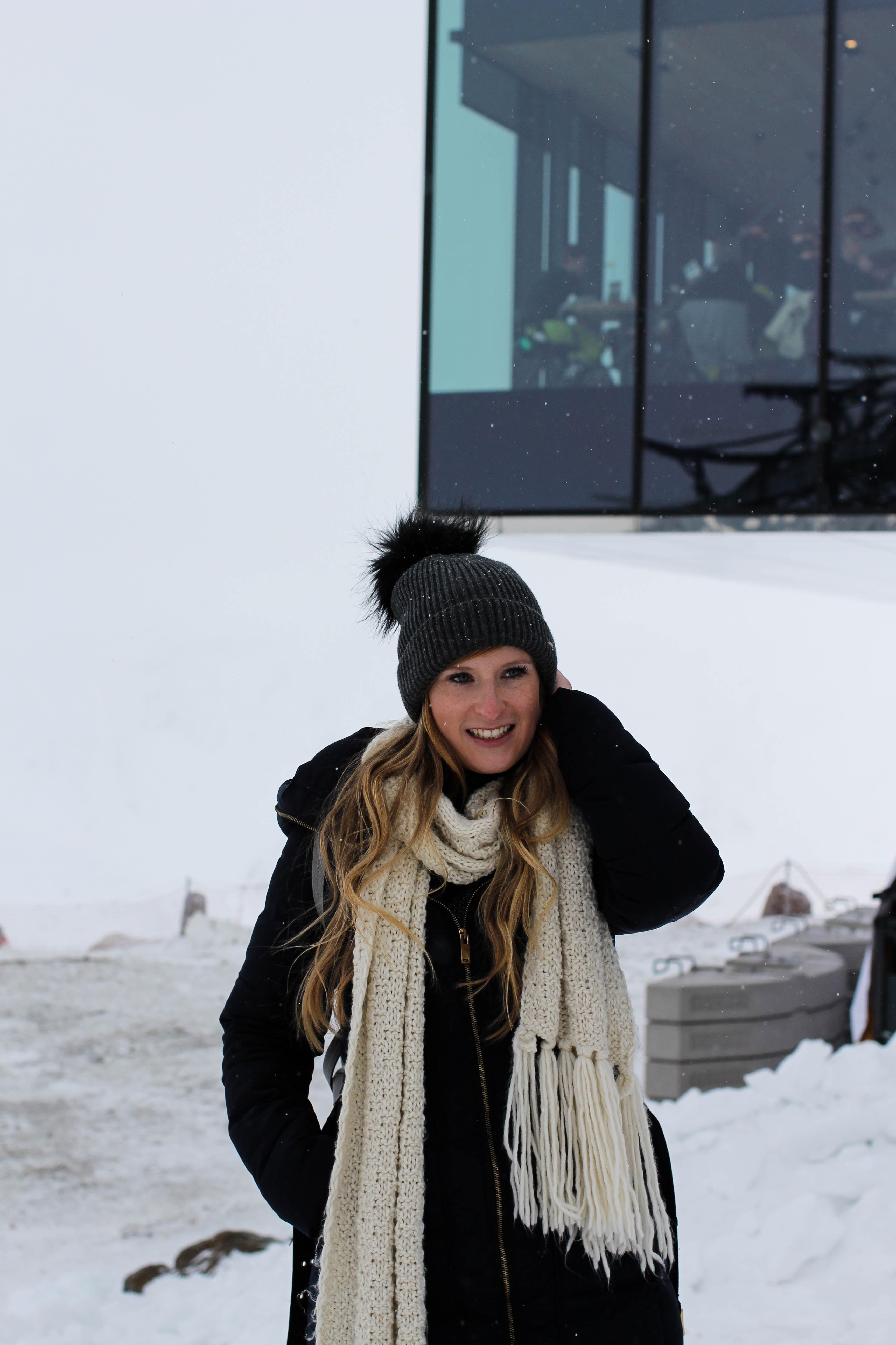 Reiseblog Winterjacke Mütze Schneeoutfit Gourmet-Restaurant Gipfelaussicht Berge Schnee iceQ Sölden Tirol Österreich James Bond Location Spectre 3000m Gaislachkogl 1
