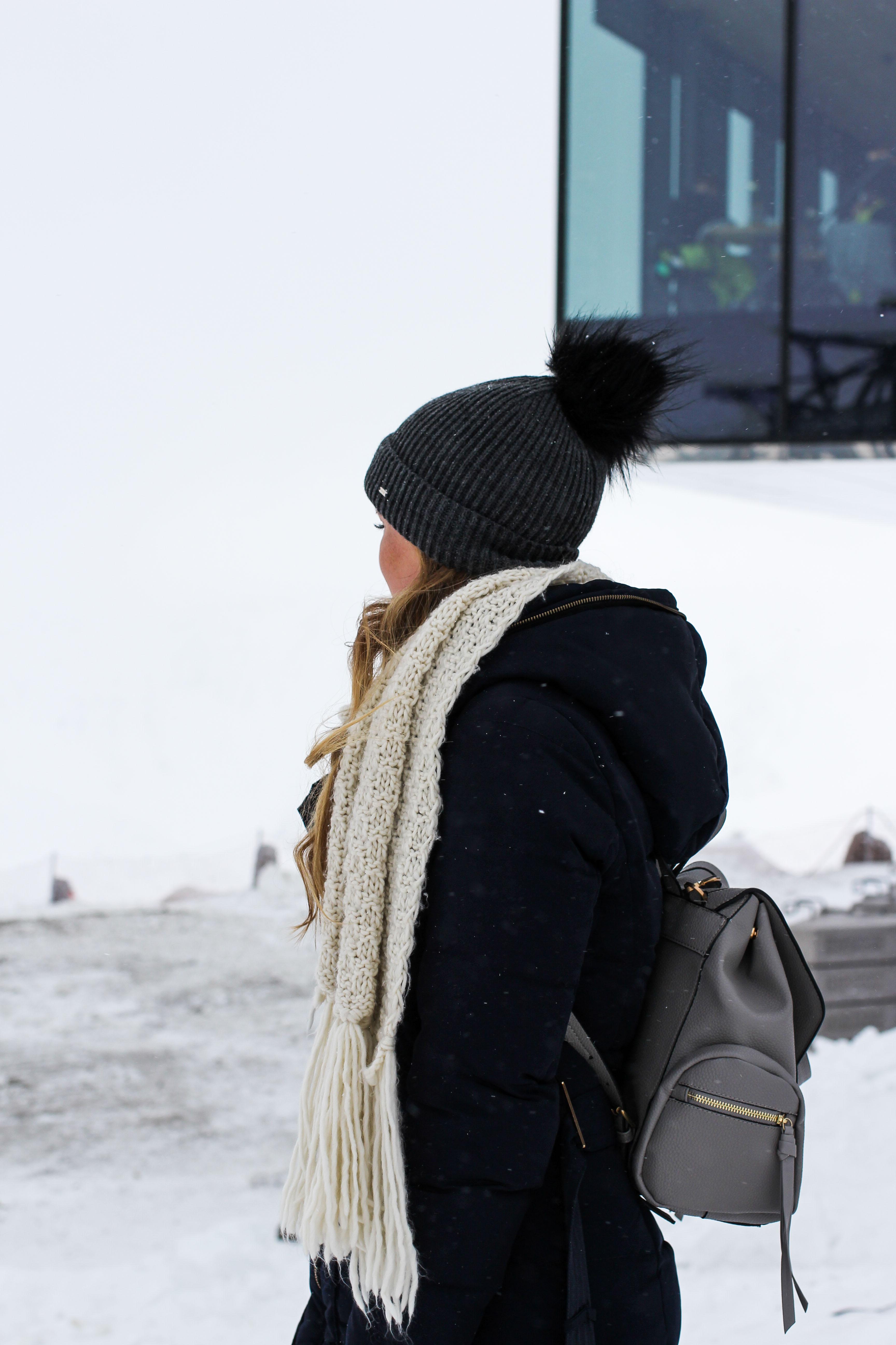 Reiseblog Winterjacke Mütze Schneeoutfit Gourmet-Restaurant Gipfelaussicht Berge Schnee iceQ Sölden Tirol Österreich James Bond Location Spectre 3000m Gaislachkogl