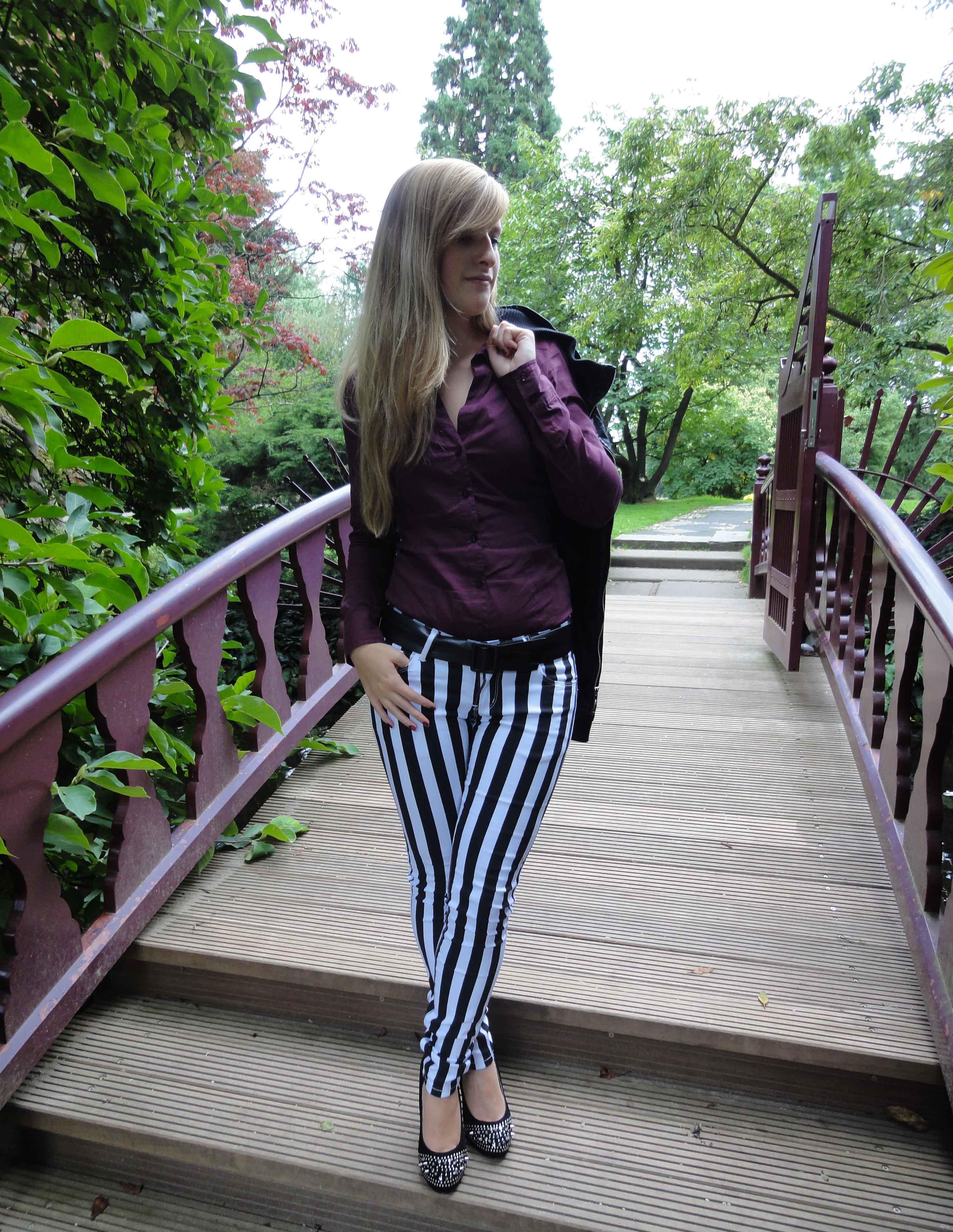 Stripes Rules Modeblog schwarz weiß gestreifte Hose kombinieren streifen Outfit schwarze Lederjacke jajpanischer Garten 2