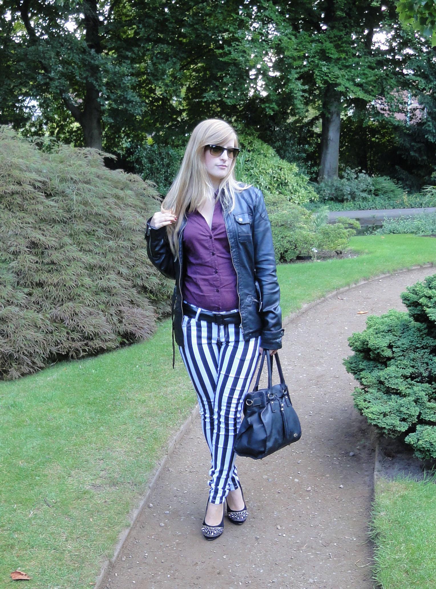 Stripes Rules Modeblog schwarz weiß gestreifte Hose kombinieren streifen Outfit schwarze Lederjacke jajpanischer Garten 3